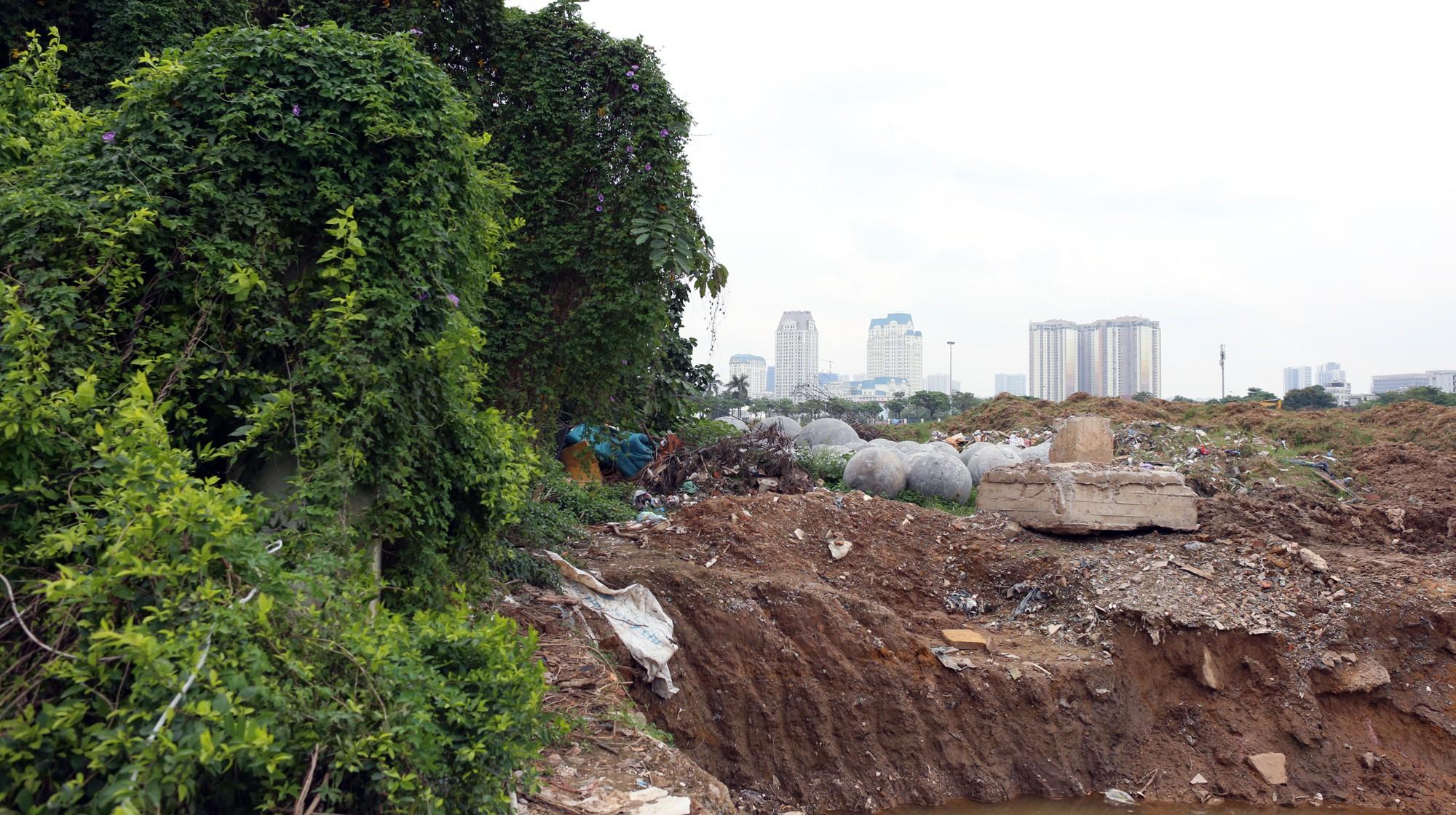 Bóng xích ở sân Mỹ Đình nguy cơ bị chôn trong rác - Ảnh 1.