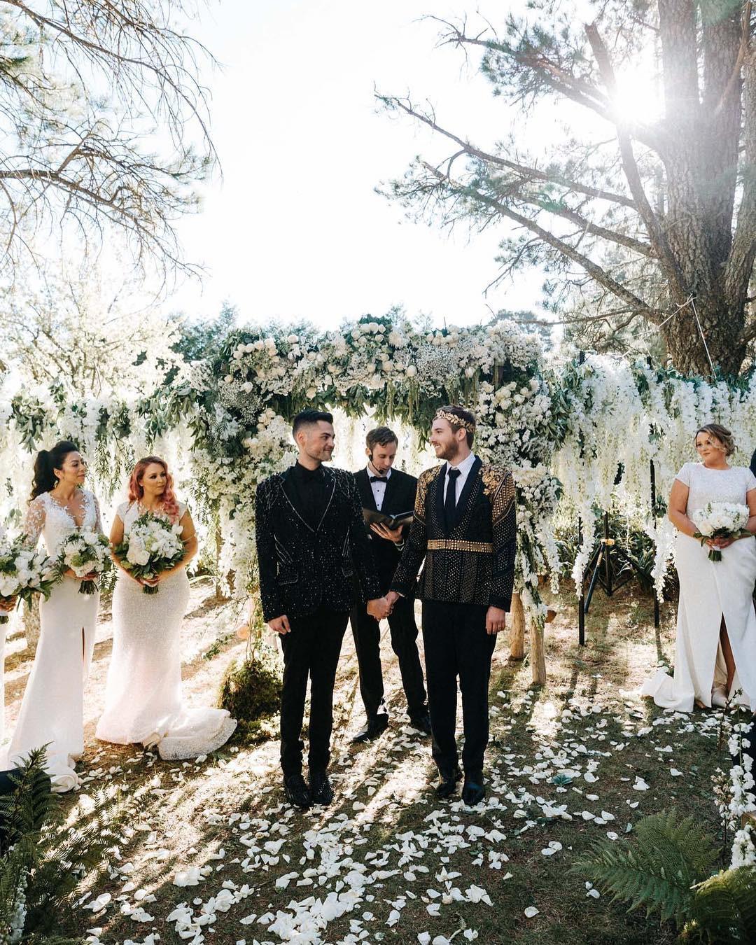 Đám cưới xa hoa của cặp đồng tính giữa núi rừng khiến nhiều người phát hờn - Ảnh 3.