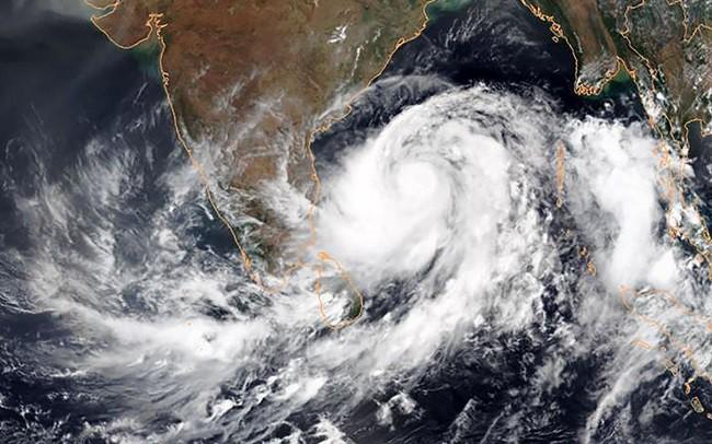 Bão Fani khiến hàng trăm người thương vong tại Ấn Độ và Bangladesh - Ảnh 1.
