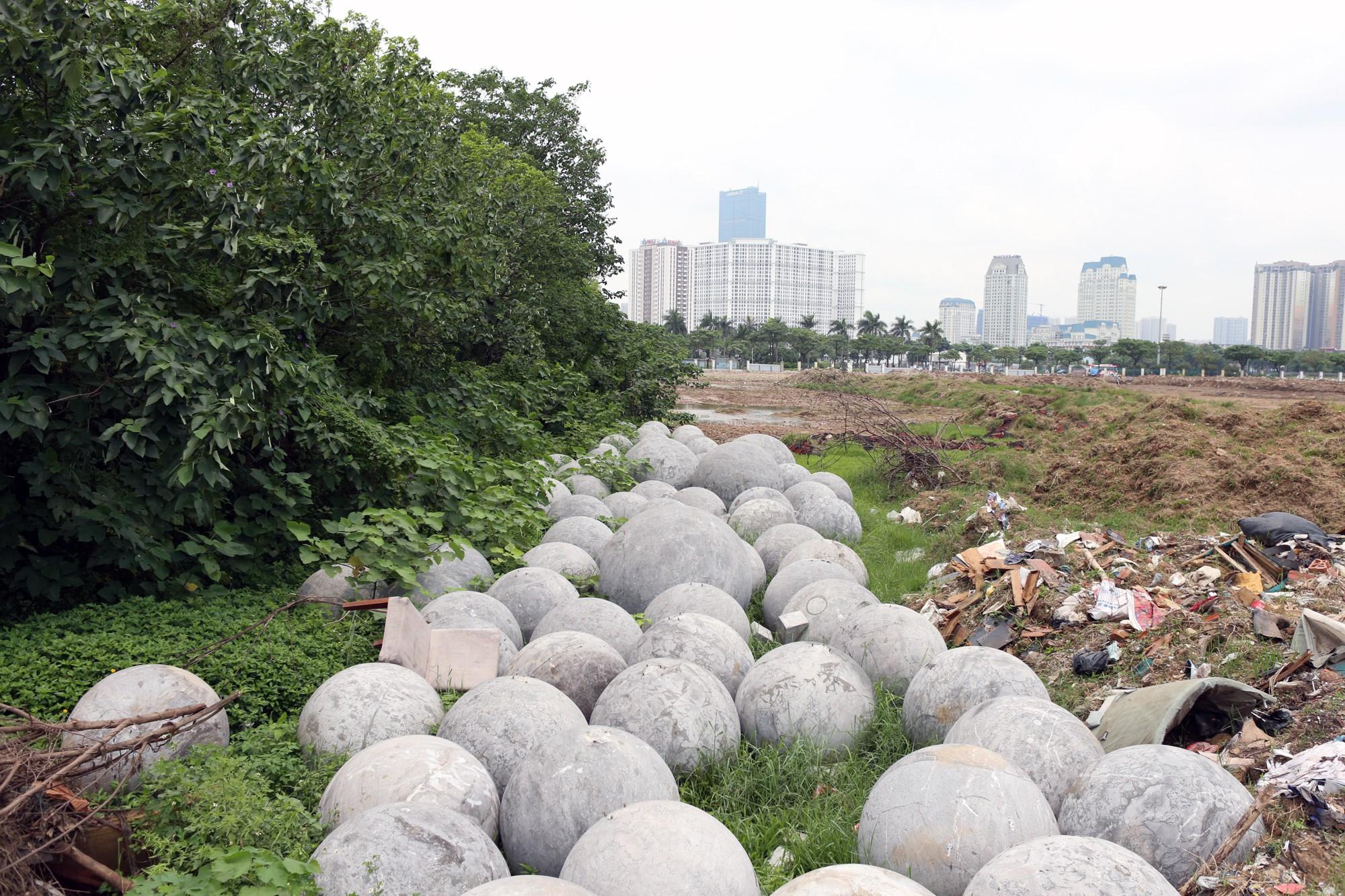 Bóng xích ở sân Mỹ Đình nguy cơ bị chôn trong rác - Ảnh 2.