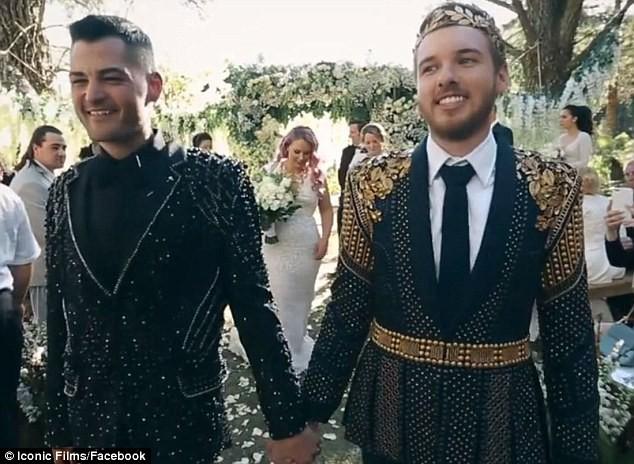 Đám cưới xa hoa của cặp đồng tính giữa núi rừng khiến nhiều người phát hờn - Ảnh 13.