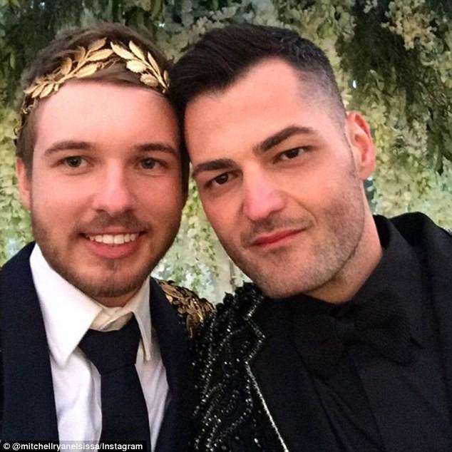 Đám cưới xa hoa của cặp đồng tính giữa núi rừng khiến nhiều người phát hờn - Ảnh 12.