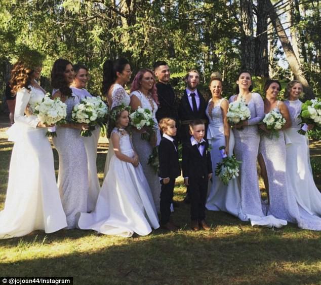 Đám cưới xa hoa của cặp đồng tính giữa núi rừng khiến nhiều người phát hờn - Ảnh 11.