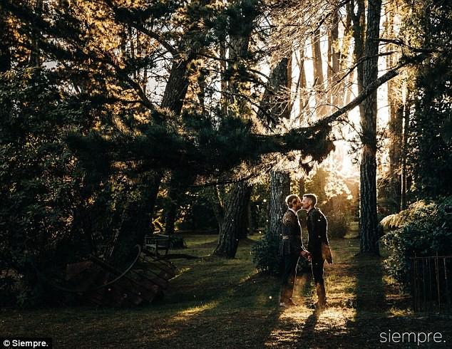 Đám cưới xa hoa của cặp đồng tính giữa núi rừng khiến nhiều người phát hờn - Ảnh 9.