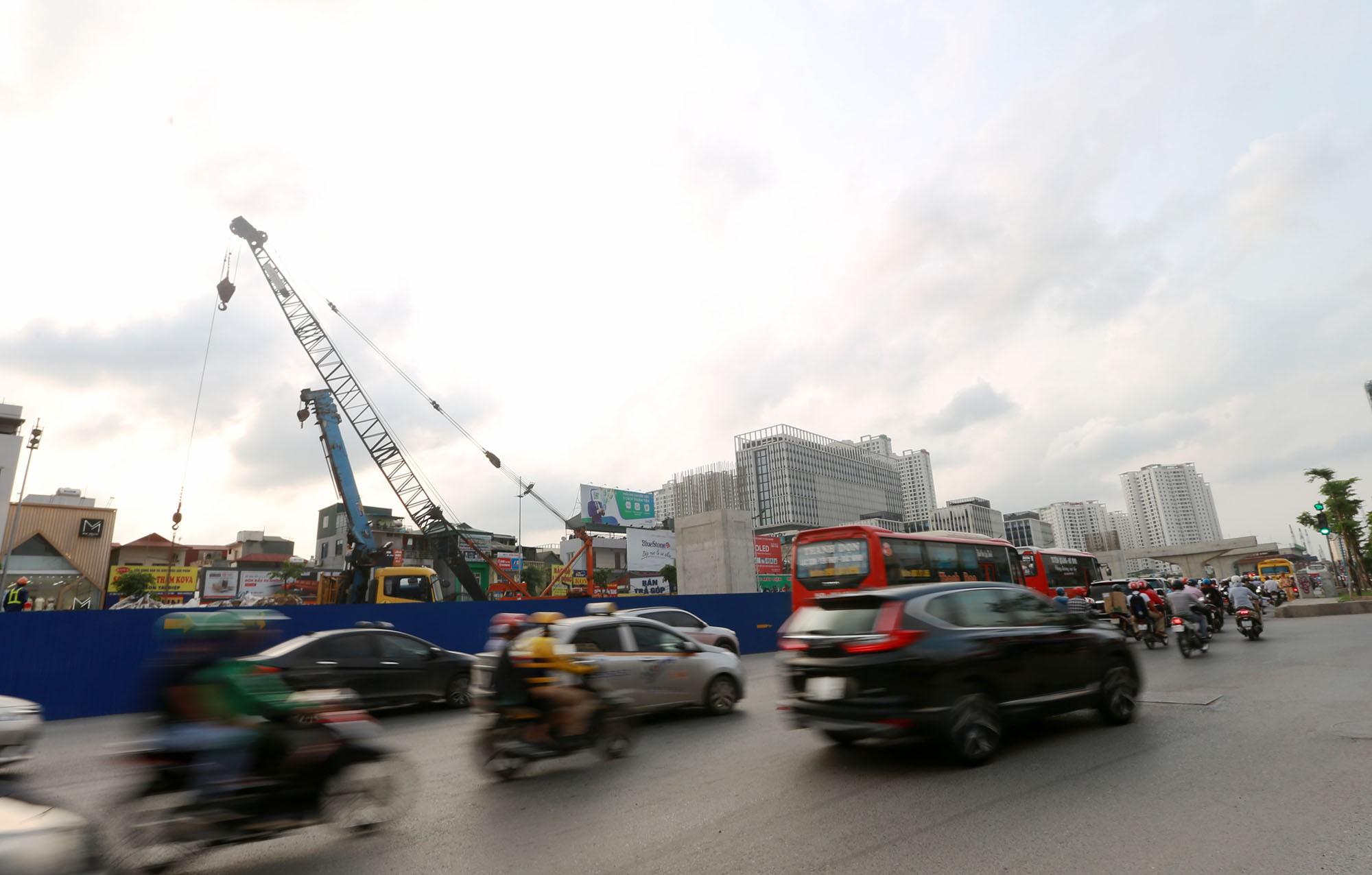 Hà Nội: Đường Phạm Văn Đồng vẫn ngổn ngang hơn 1 năm thi công dự án cao tốc trên cao - Ảnh 1.
