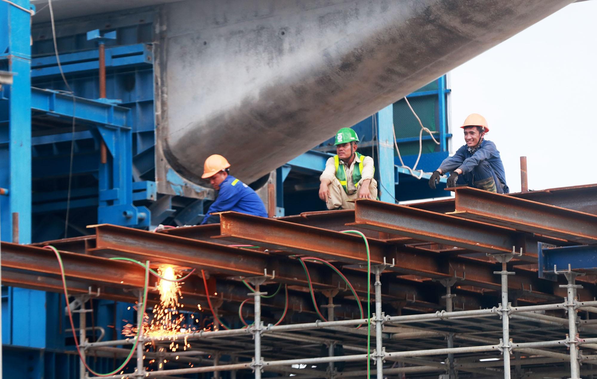 Hà Nội: Đường Phạm Văn Đồng vẫn ngổn ngang hơn 1 năm thi công dự án cao tốc trên cao - Ảnh 13.