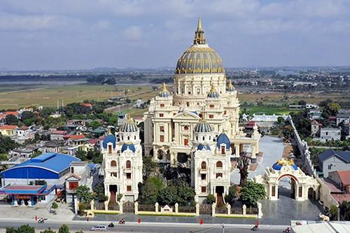 Cuộc sống trong những lâu đài rộng cả ngàn m2, trị giá trăm tỉ đồng của đại gia Việt - Ảnh 1.