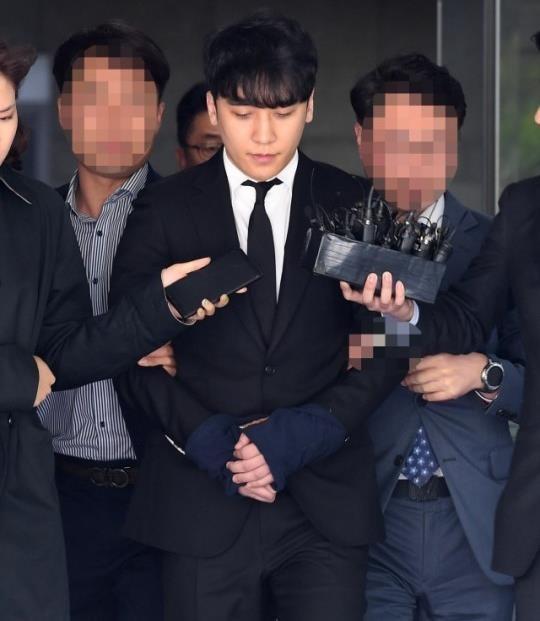 Seungri bị trói và còng tay khi rời tòa án, có thể ở tù 2 - 3 năm - Ảnh 2.