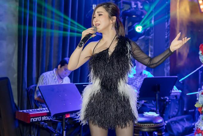 Sao Việt hôm nay (14/5): Ngọc Trinh tỏ tình bạn trai đại gia, Phạm Hương chuẩn bị tái xuất showbiz - Ảnh 2.