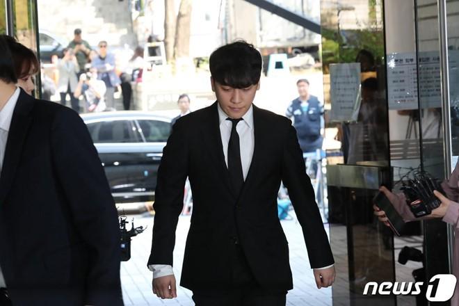 Seungri bị trói và còng tay khi rời tòa án, có thể ở tù 2 - 3 năm - Ảnh 6.