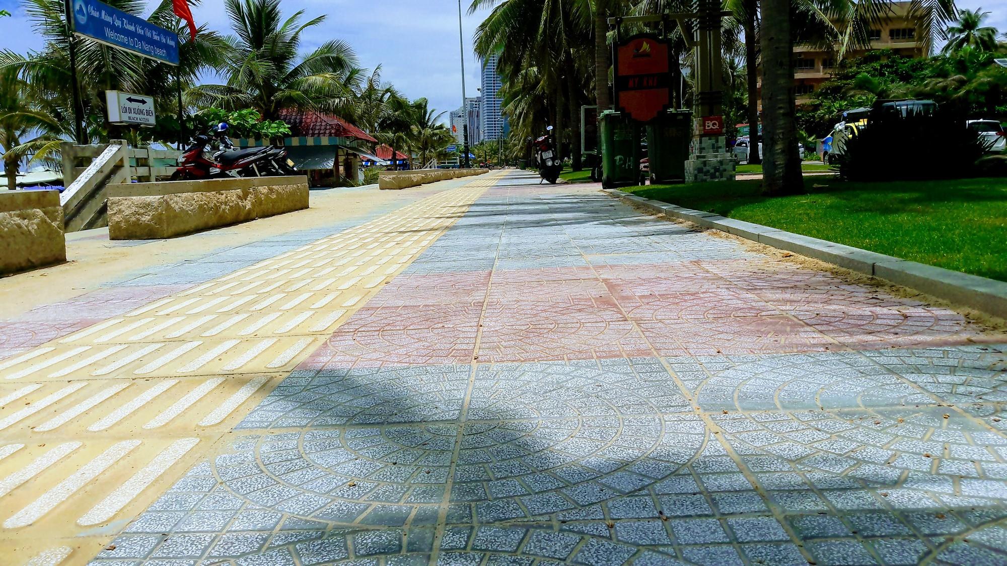 Vỉa hè biển Mỹ Khê Đà Nẵng lát mới, sạch đẹp sau phản ánh vỡ nát, mất mĩ quan - Ảnh 3.