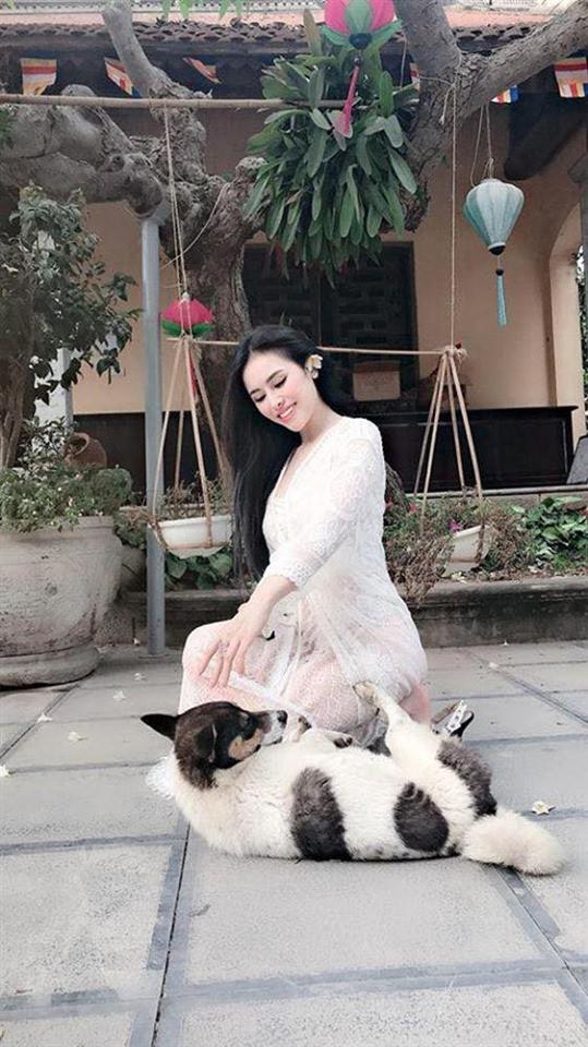Diện váy ren xuyên thấu mỏng tang đi chùa, Thư Dung bị dân mạng ném đá thậm tệ - Ảnh 2.