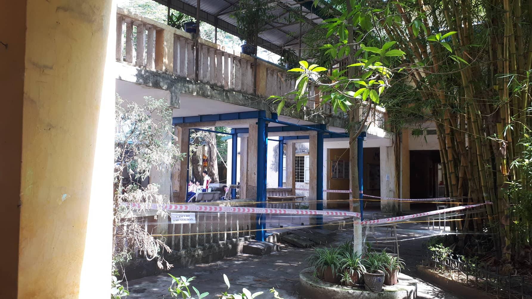 Vữa trần rơi, lan can được rào tạm bằng dây thép gai, ngôi trường cấp 3 giữa Hà Nội có nguy cơ đổ sập  - Ảnh 22.