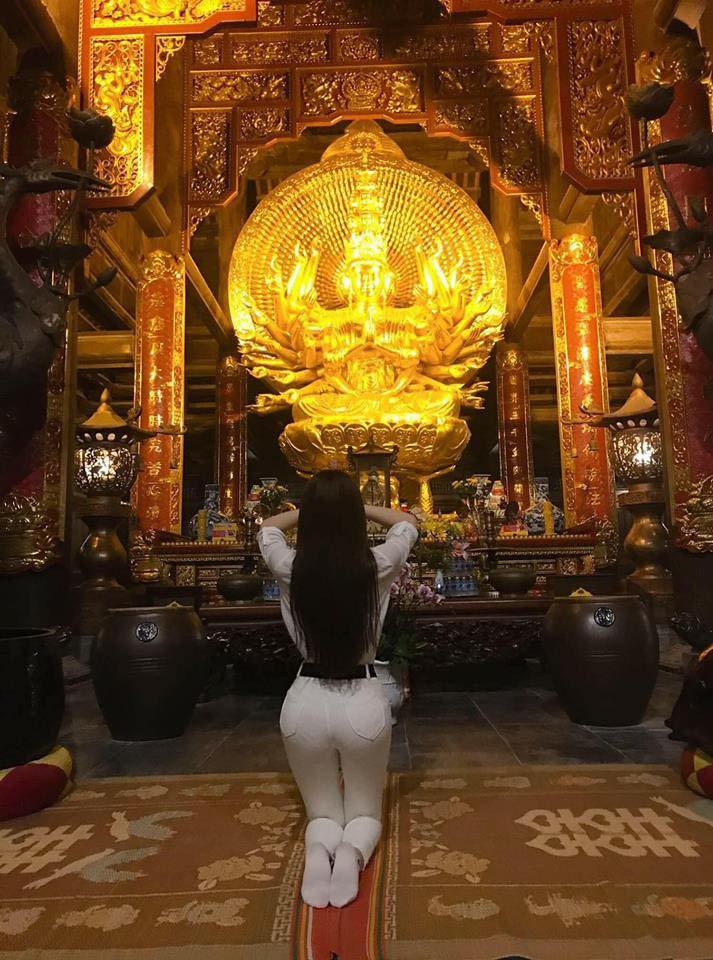 Diện váy ren xuyên thấu mỏng tang đi chùa, Thư Dung bị dân mạng ném đá thậm tệ - Ảnh 6.
