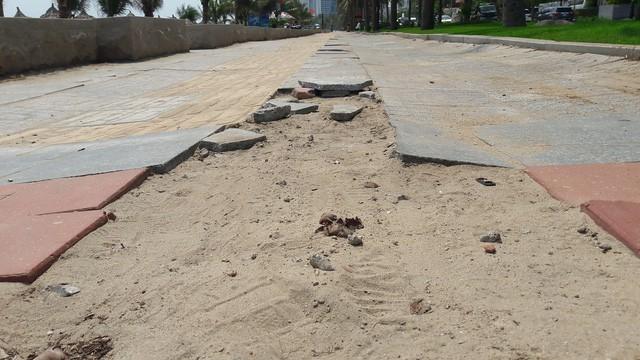 Vỉa hè biển Mỹ Khê Đà Nẵng lát mới, sạch đẹp sau phản ánh vỡ nát, mất mĩ quan - Ảnh 2.