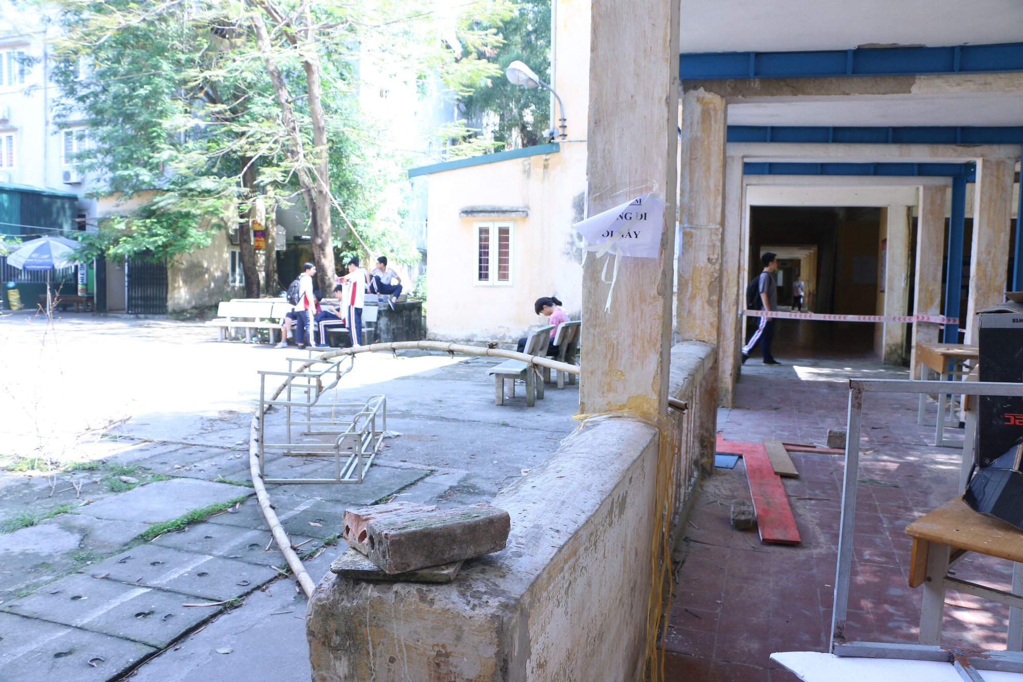 Vữa trần rơi, lan can được rào tạm bằng dây thép gai, ngôi trường cấp 3 giữa Hà Nội có nguy cơ đổ sập  - Ảnh 2.