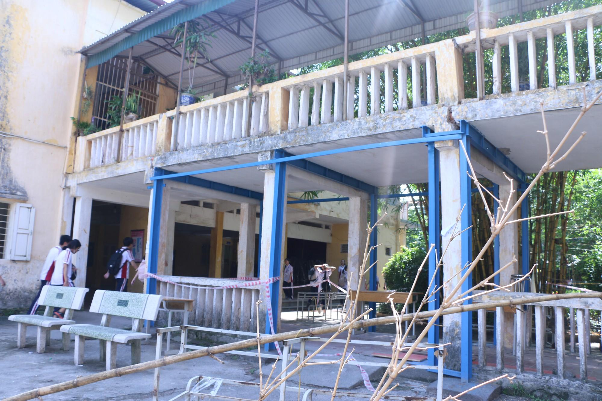 Vữa trần rơi, lan can được rào tạm bằng dây thép gai, ngôi trường cấp 3 giữa Hà Nội có nguy cơ đổ sập  - Ảnh 4.