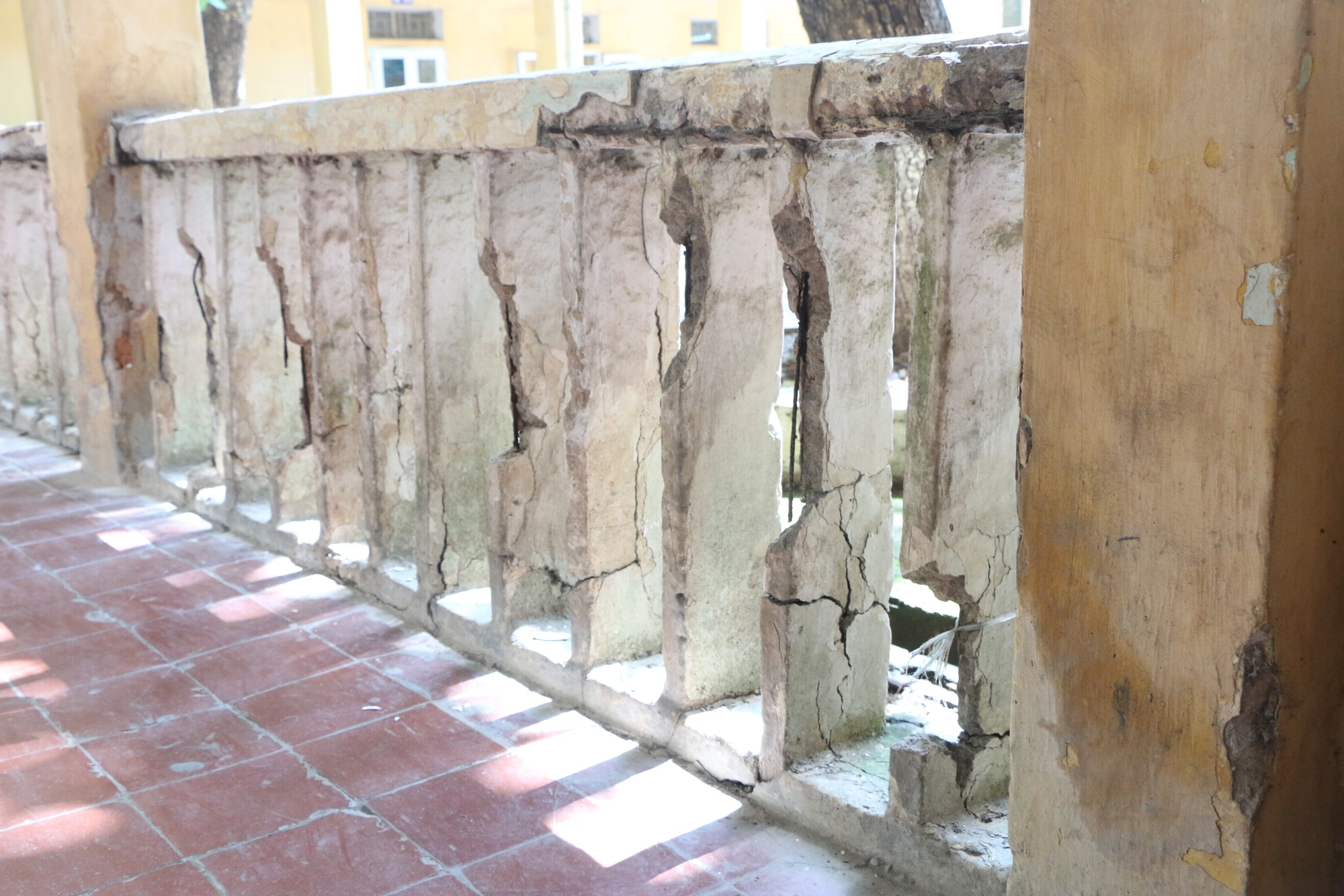 Vữa trần rơi, lan can được rào tạm bằng dây thép gai, ngôi trường cấp 3 giữa Hà Nội có nguy cơ đổ sập  - Ảnh 5.