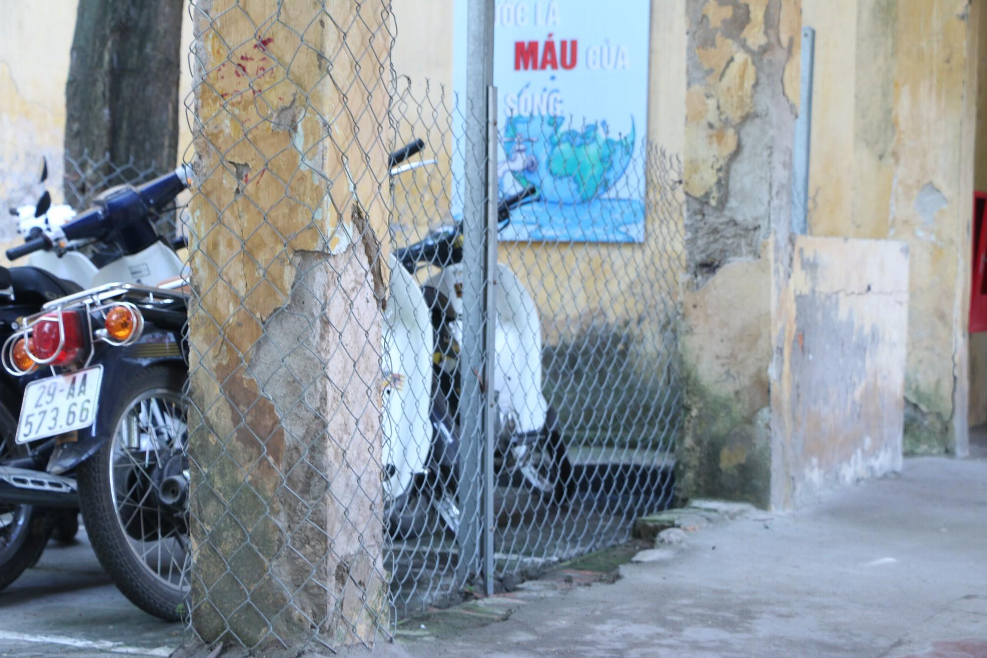 Vữa trần rơi, lan can được rào tạm bằng dây thép gai, ngôi trường cấp 3 giữa Hà Nội có nguy cơ đổ sập  - Ảnh 6.