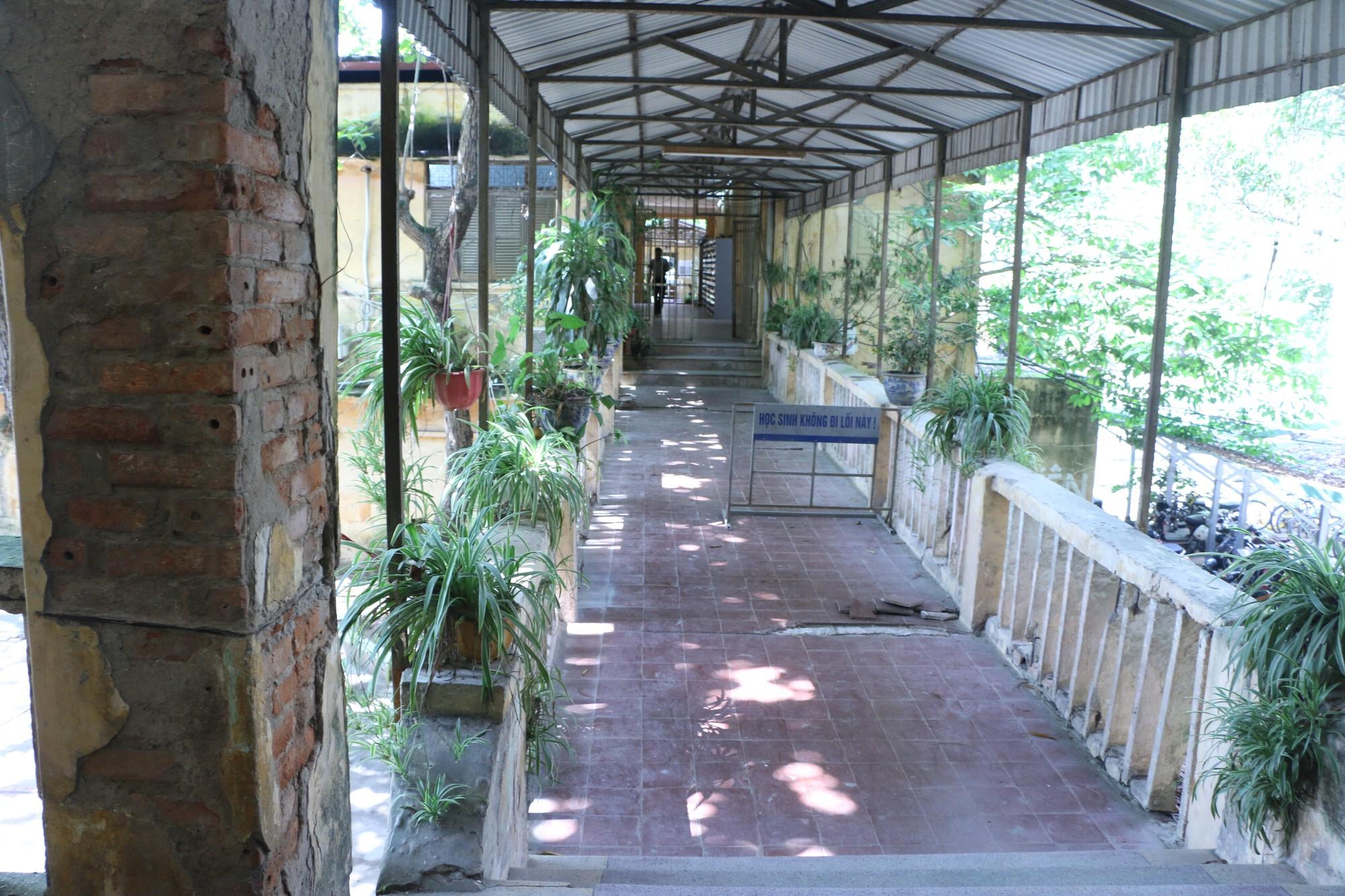 Vữa trần rơi, lan can được rào tạm bằng dây thép gai, ngôi trường cấp 3 giữa Hà Nội có nguy cơ đổ sập  - Ảnh 7.