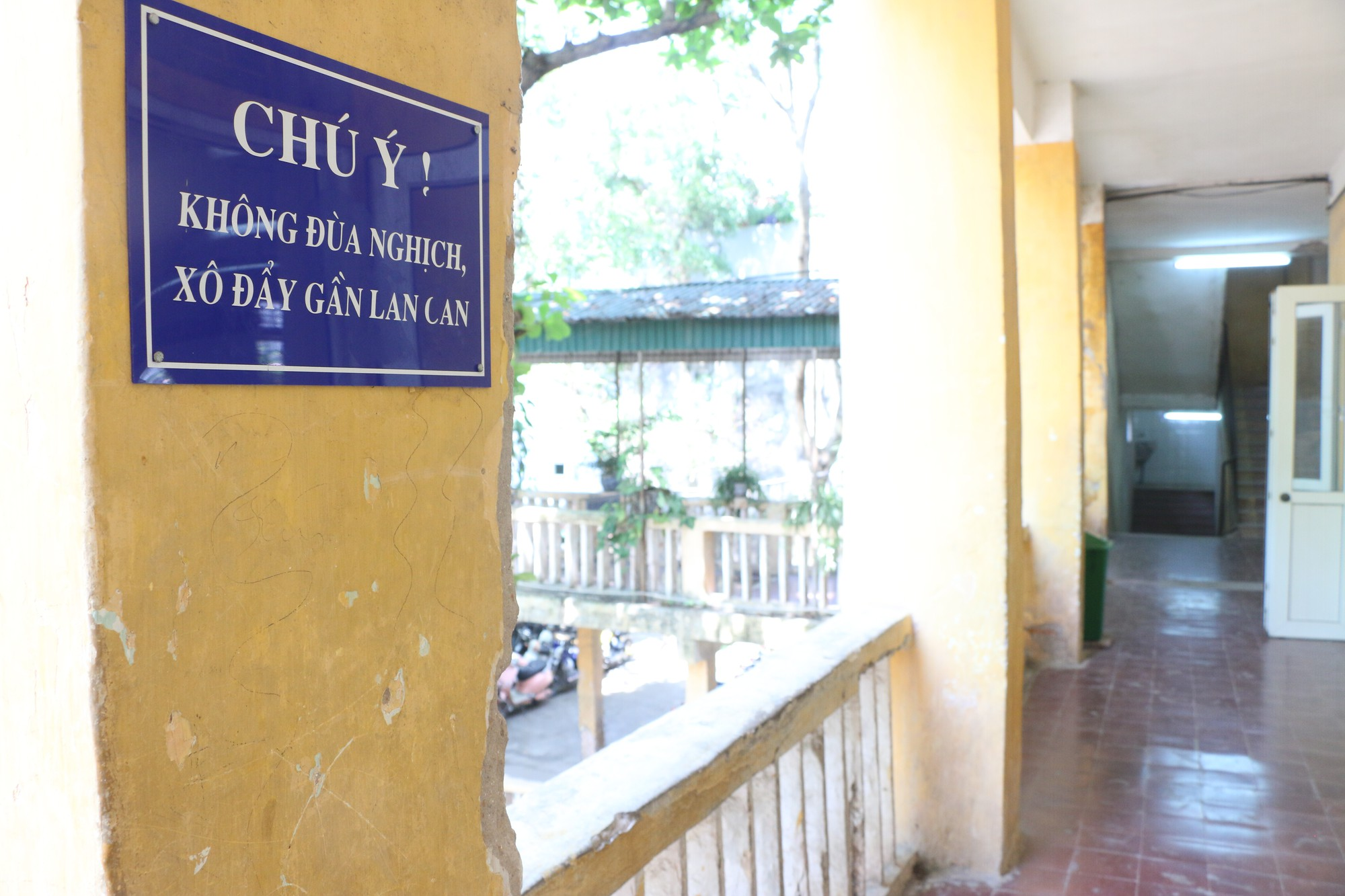 Vữa trần rơi, lan can được rào tạm bằng dây thép gai, ngôi trường cấp 3 giữa Hà Nội có nguy cơ đổ sập  - Ảnh 8.