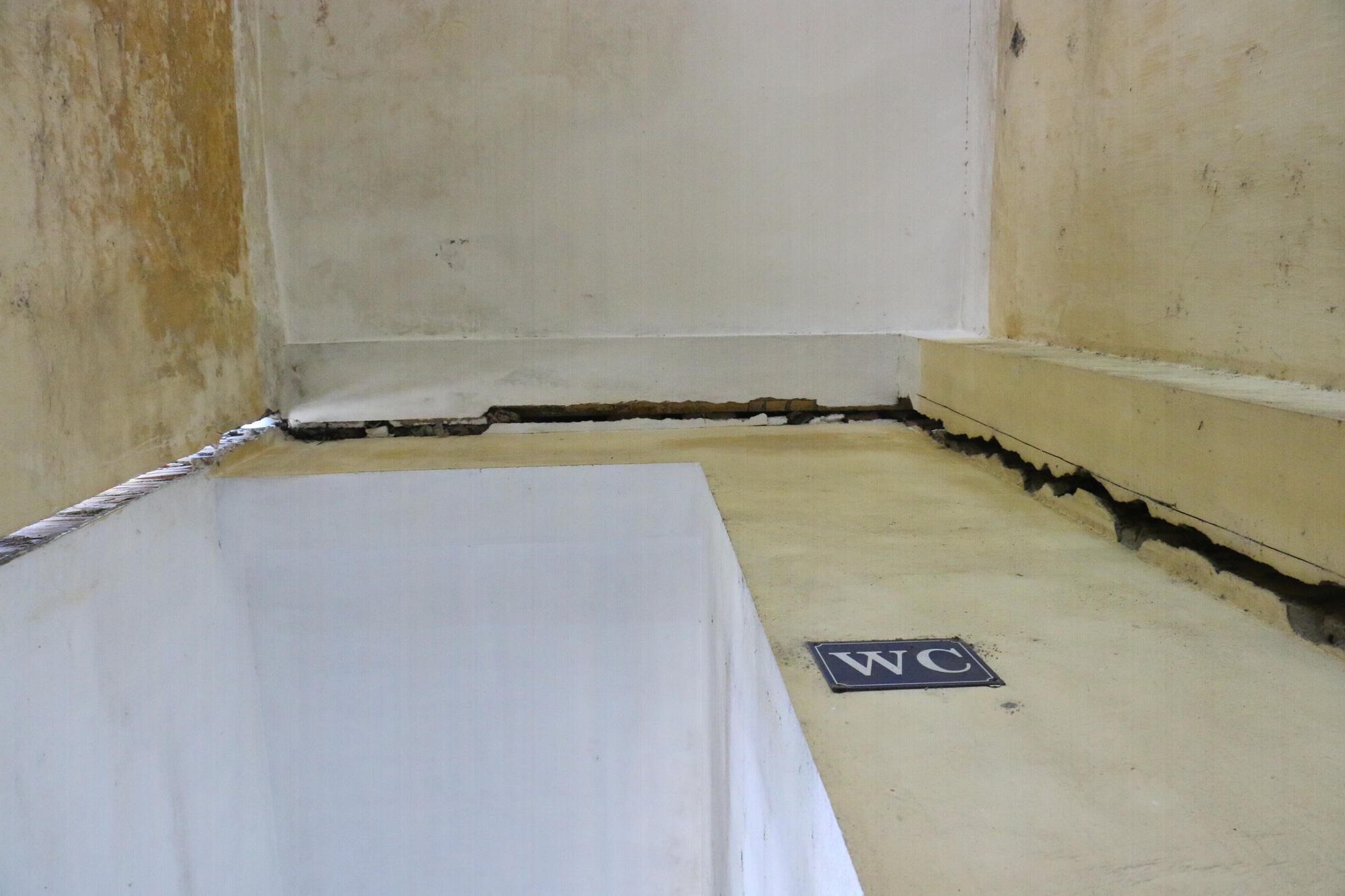 Vữa trần rơi, lan can được rào tạm bằng dây thép gai, ngôi trường cấp 3 giữa Hà Nội có nguy cơ đổ sập  - Ảnh 9.