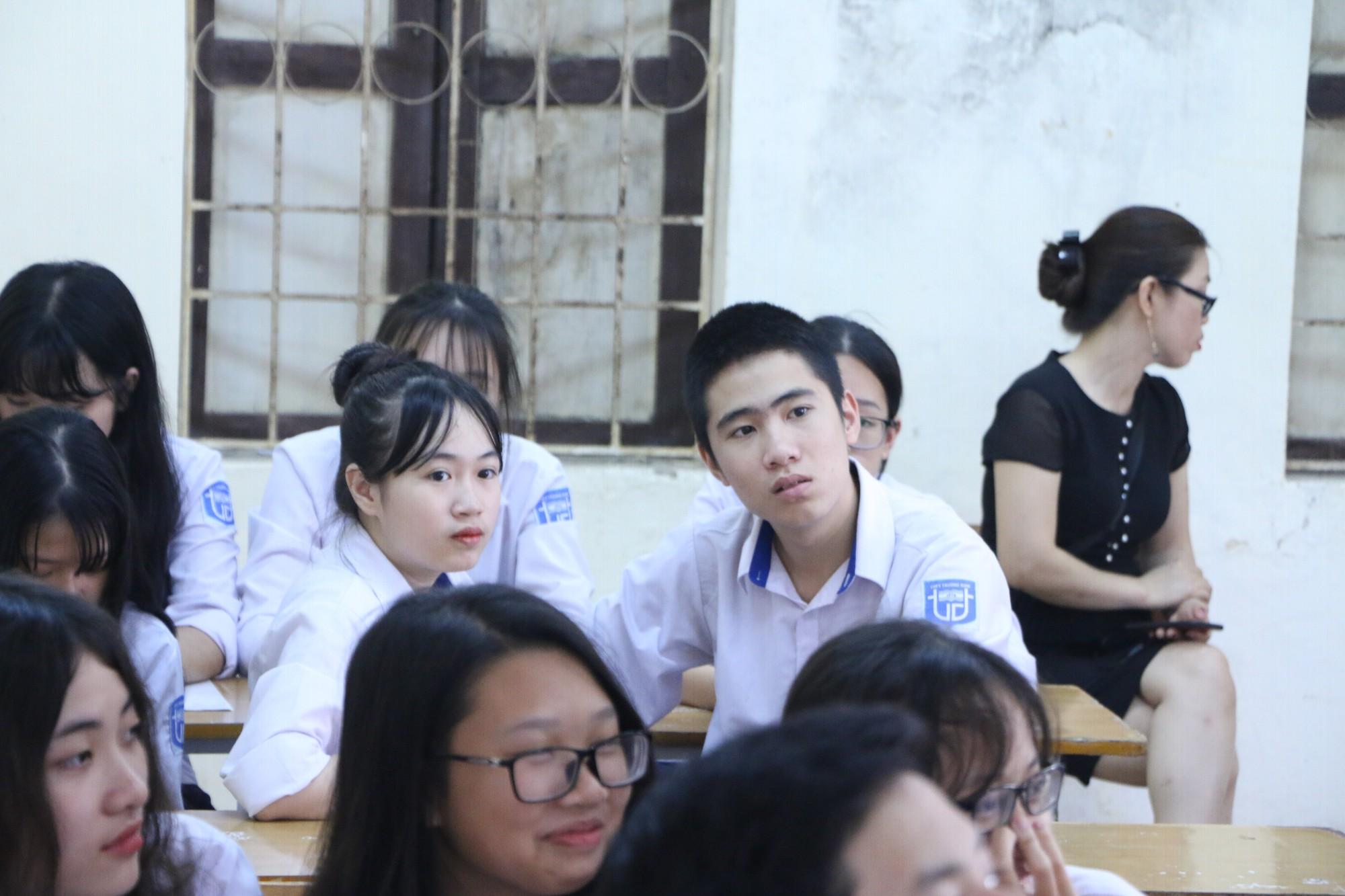 Vữa trần rơi, lan can được rào tạm bằng dây thép gai, ngôi trường cấp 3 giữa Hà Nội có nguy cơ đổ sập  - Ảnh 11.