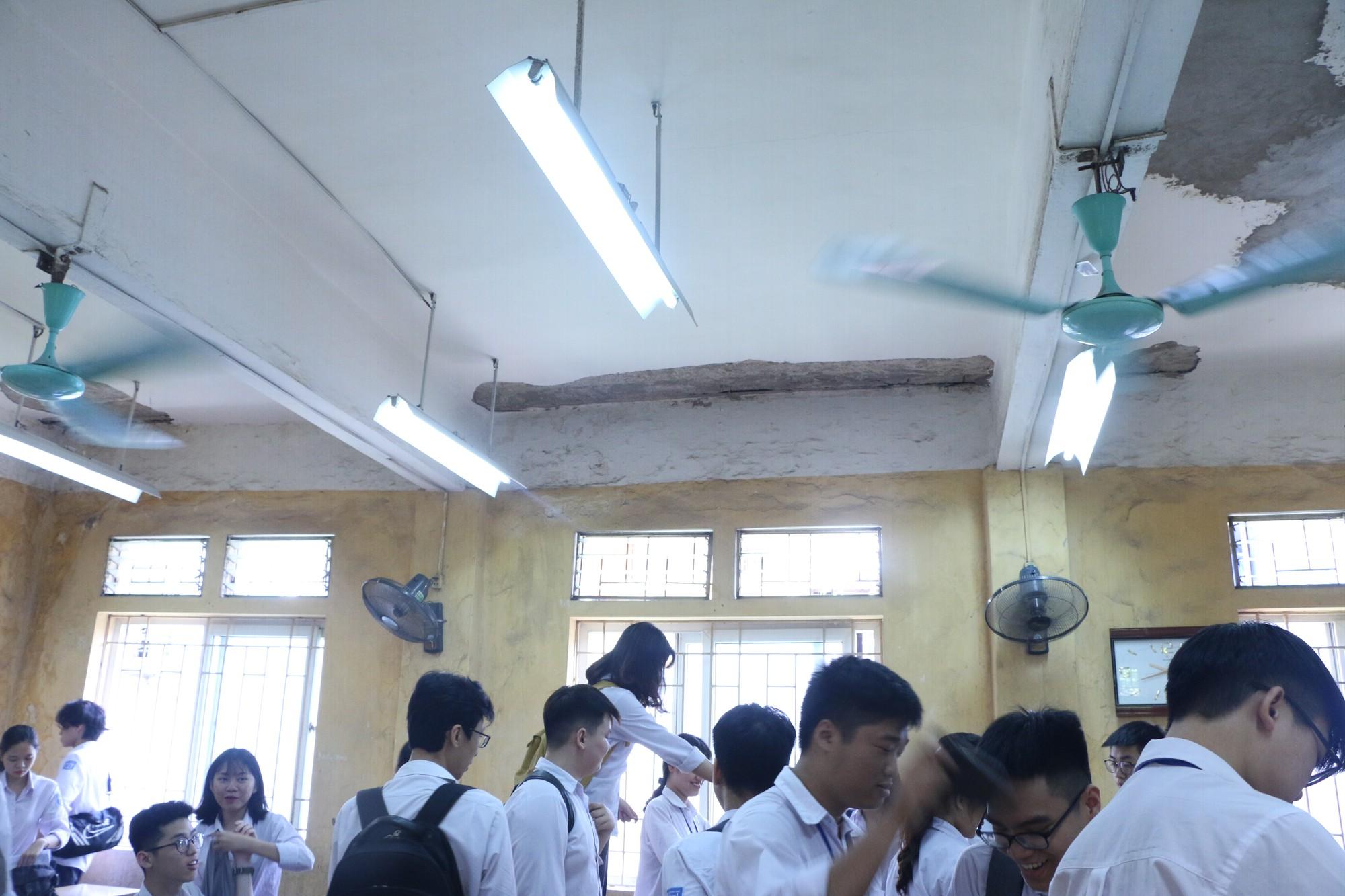 Vữa trần rơi, lan can được rào tạm bằng dây thép gai, ngôi trường cấp 3 giữa Hà Nội có nguy cơ đổ sập  - Ảnh 10.