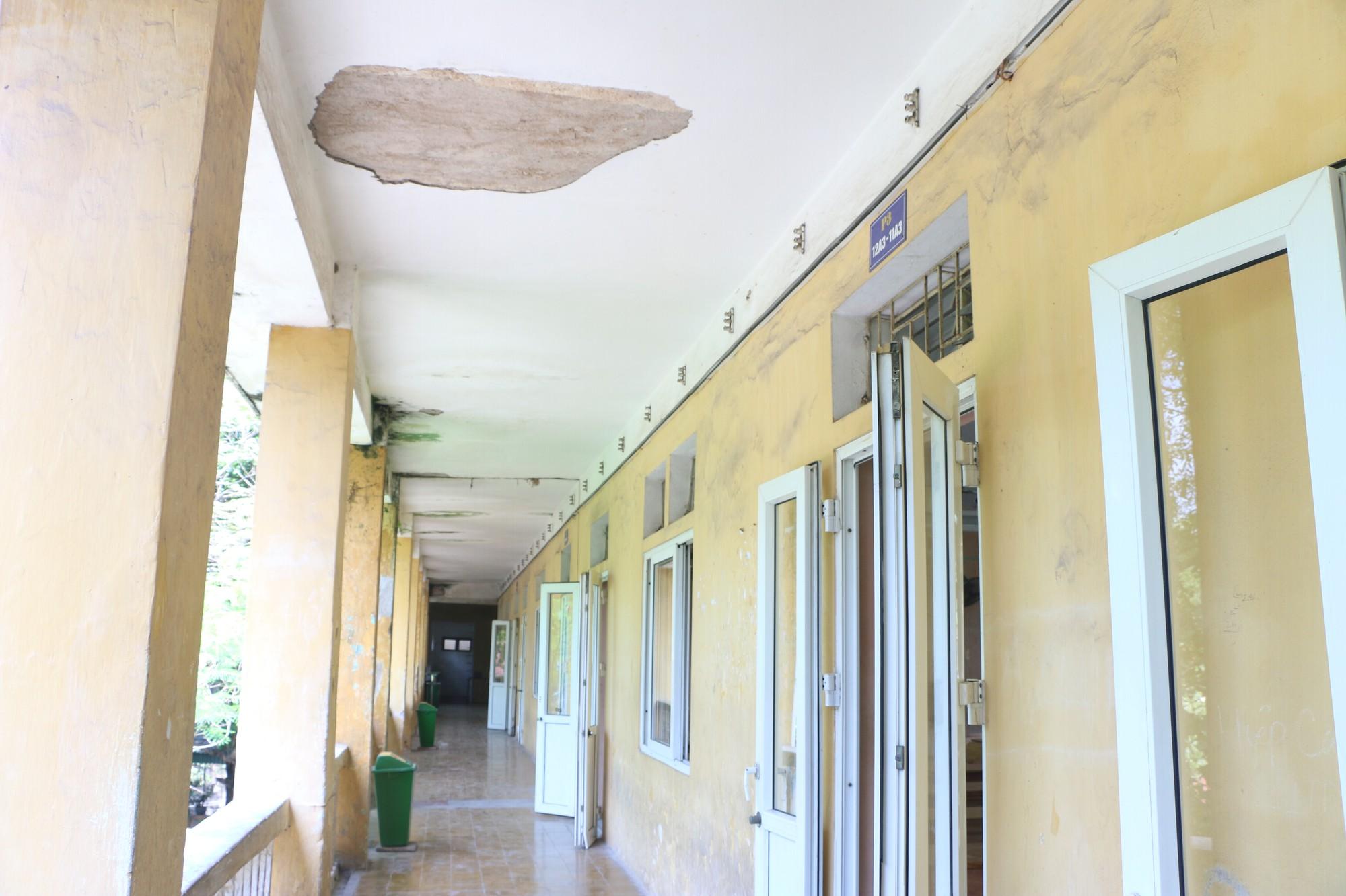 Vữa trần rơi, lan can được rào tạm bằng dây thép gai, ngôi trường cấp 3 giữa Hà Nội có nguy cơ đổ sập  - Ảnh 15.