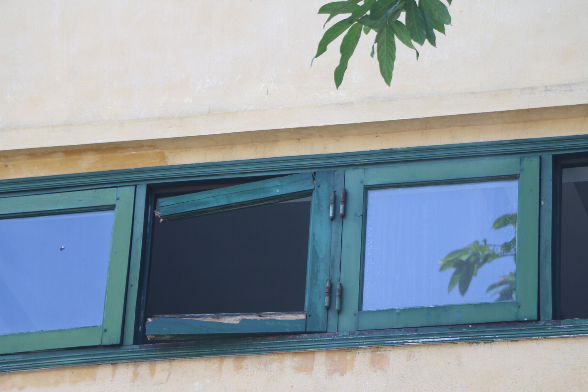 Vữa trần rơi, lan can được rào tạm bằng dây thép gai, ngôi trường cấp 3 giữa Hà Nội có nguy cơ đổ sập  - Ảnh 16.