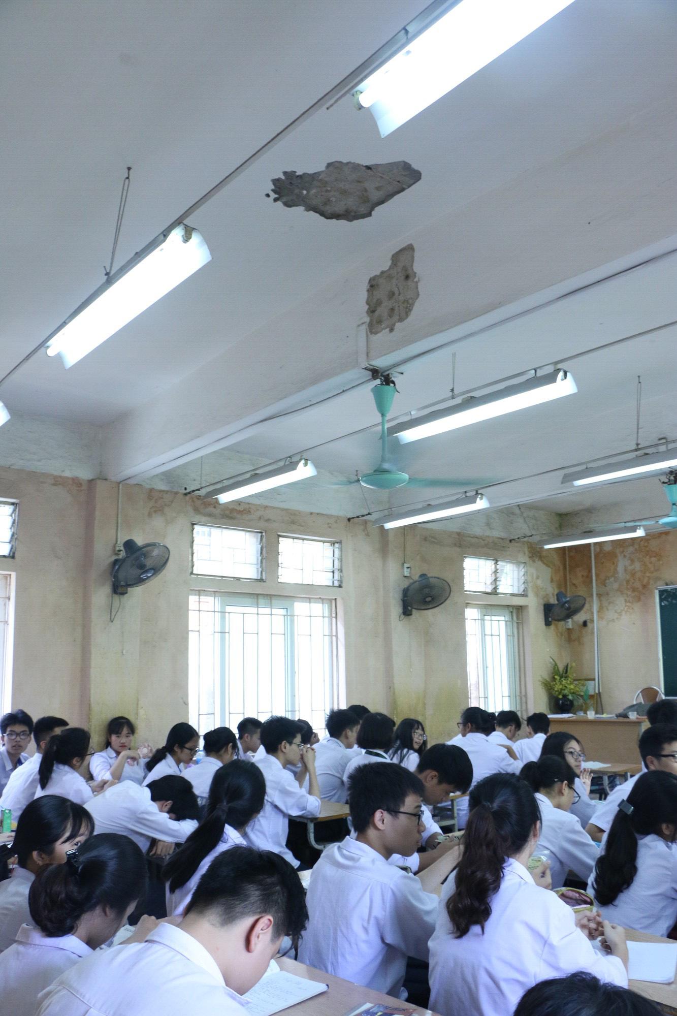 Vữa trần rơi, lan can được rào tạm bằng dây thép gai, ngôi trường cấp 3 giữa Hà Nội có nguy cơ đổ sập  - Ảnh 17.