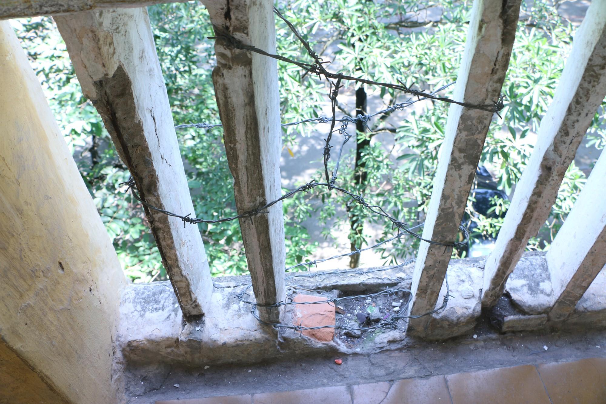 Vữa trần rơi, lan can được rào tạm bằng dây thép gai, ngôi trường cấp 3 giữa Hà Nội có nguy cơ đổ sập  - Ảnh 19.