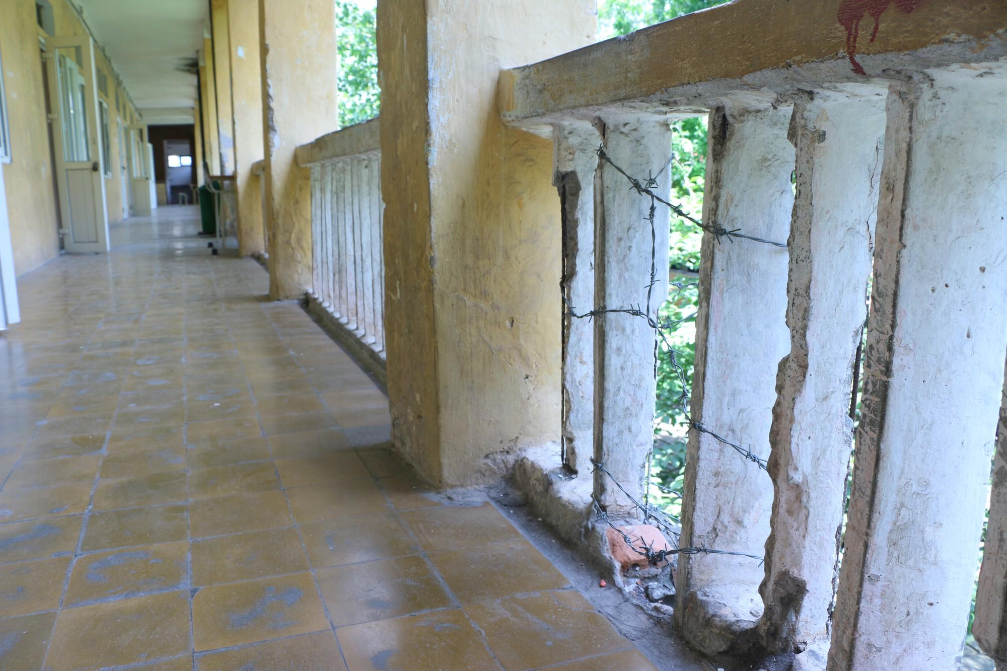 Vữa trần rơi, lan can được rào tạm bằng dây thép gai, ngôi trường cấp 3 giữa Hà Nội có nguy cơ đổ sập  - Ảnh 20.