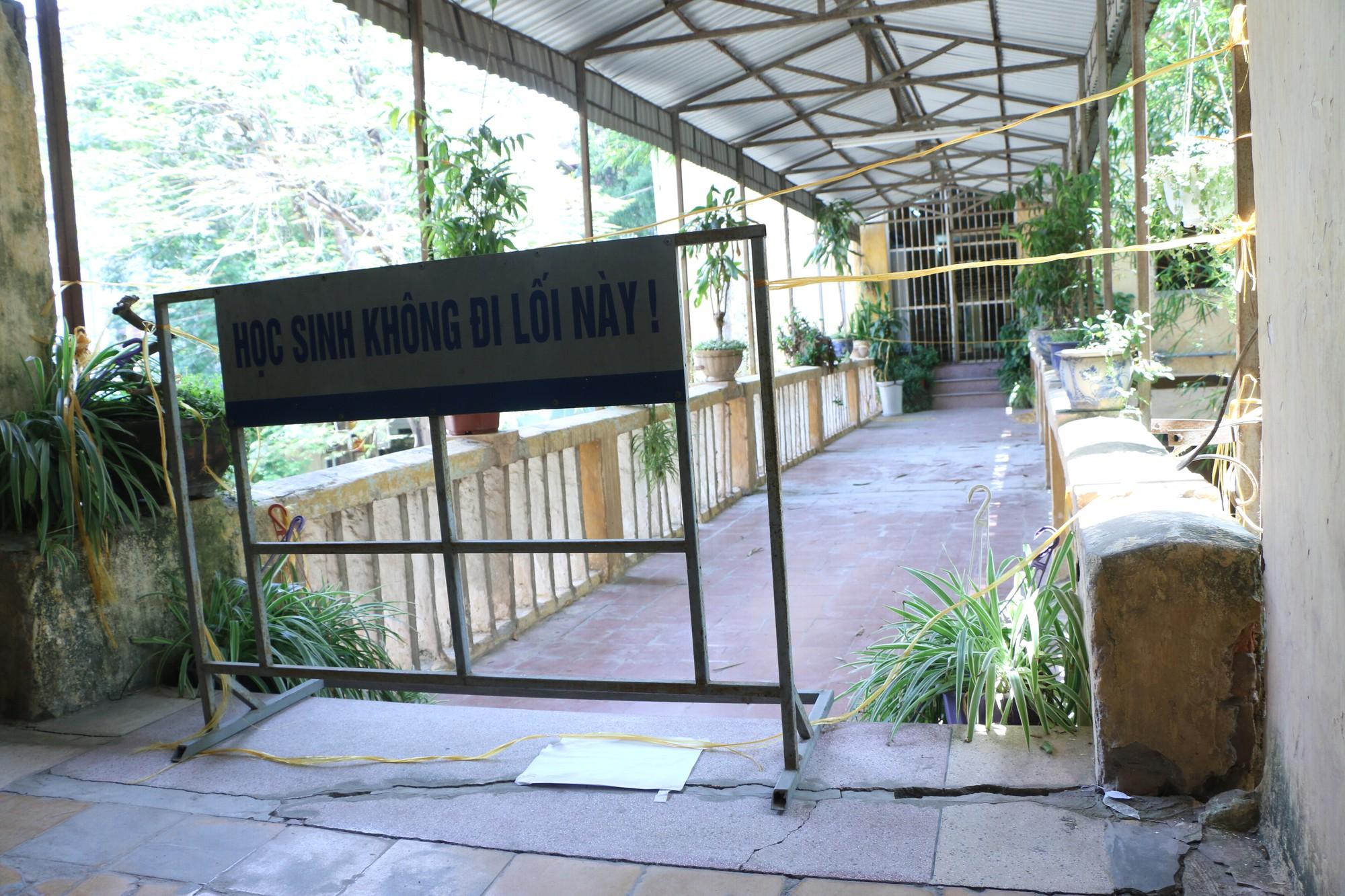 Vữa trần rơi, lan can được rào tạm bằng dây thép gai, ngôi trường cấp 3 giữa Hà Nội có nguy cơ đổ sập  - Ảnh 21.