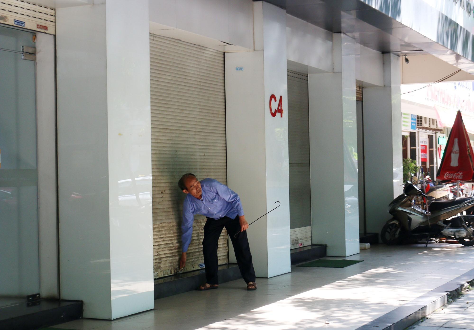 Trung tâm bảo hành Nhật Cường Mobile vẫn đón khách sau khi ông chủ bị khởi tố - Ảnh 8.