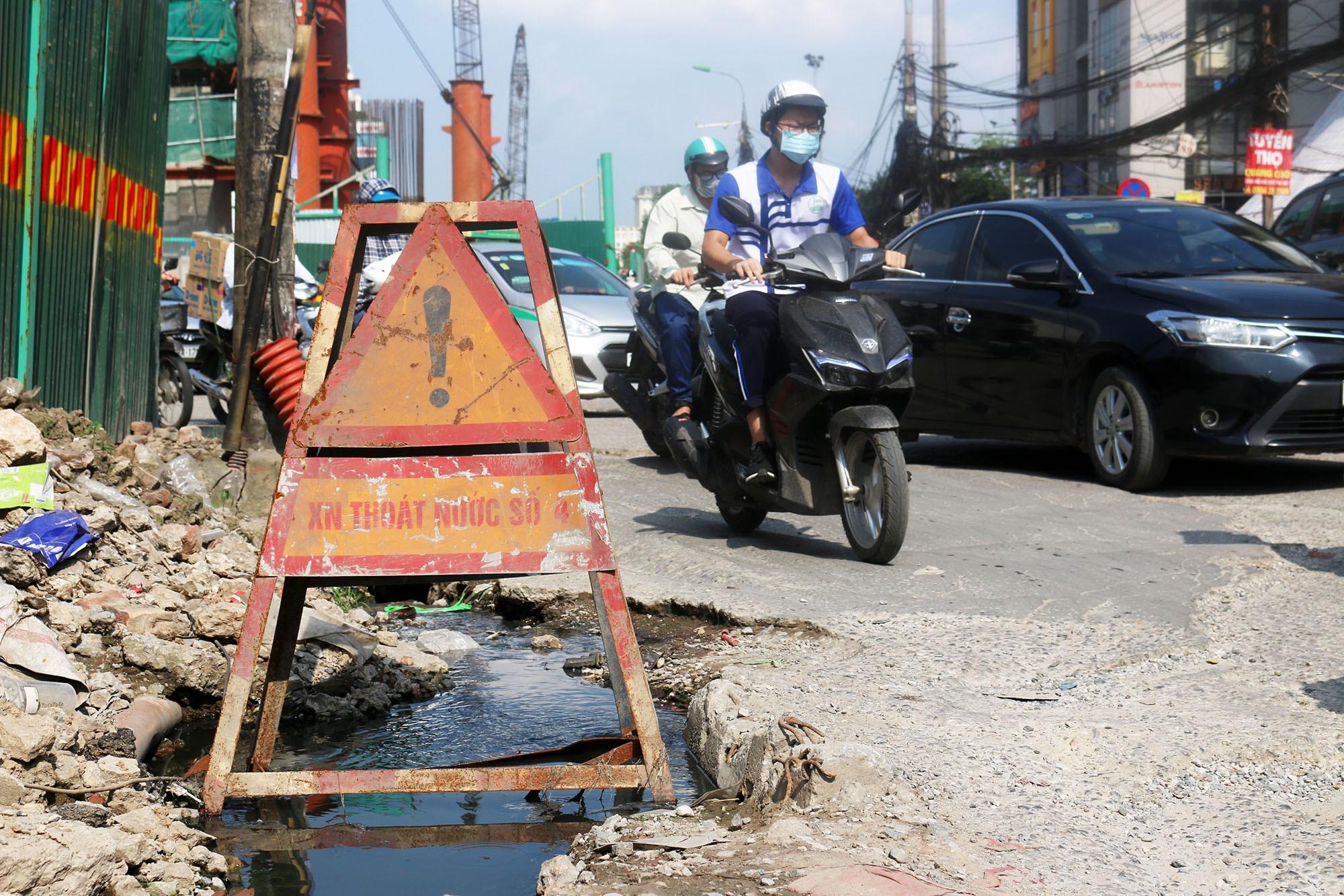 Hà Nội: Rác thải vứt bừa bãi dưới chân công trường đường vành đai 2 - Ảnh 10.