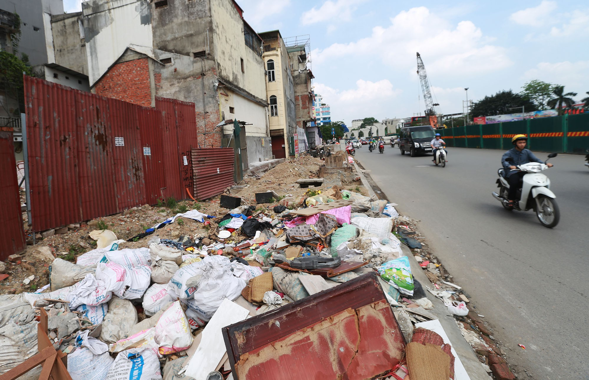 Hà Nội: Rác thải vứt bừa bãi dưới chân công trường đường vành đai 2 - Ảnh 2.