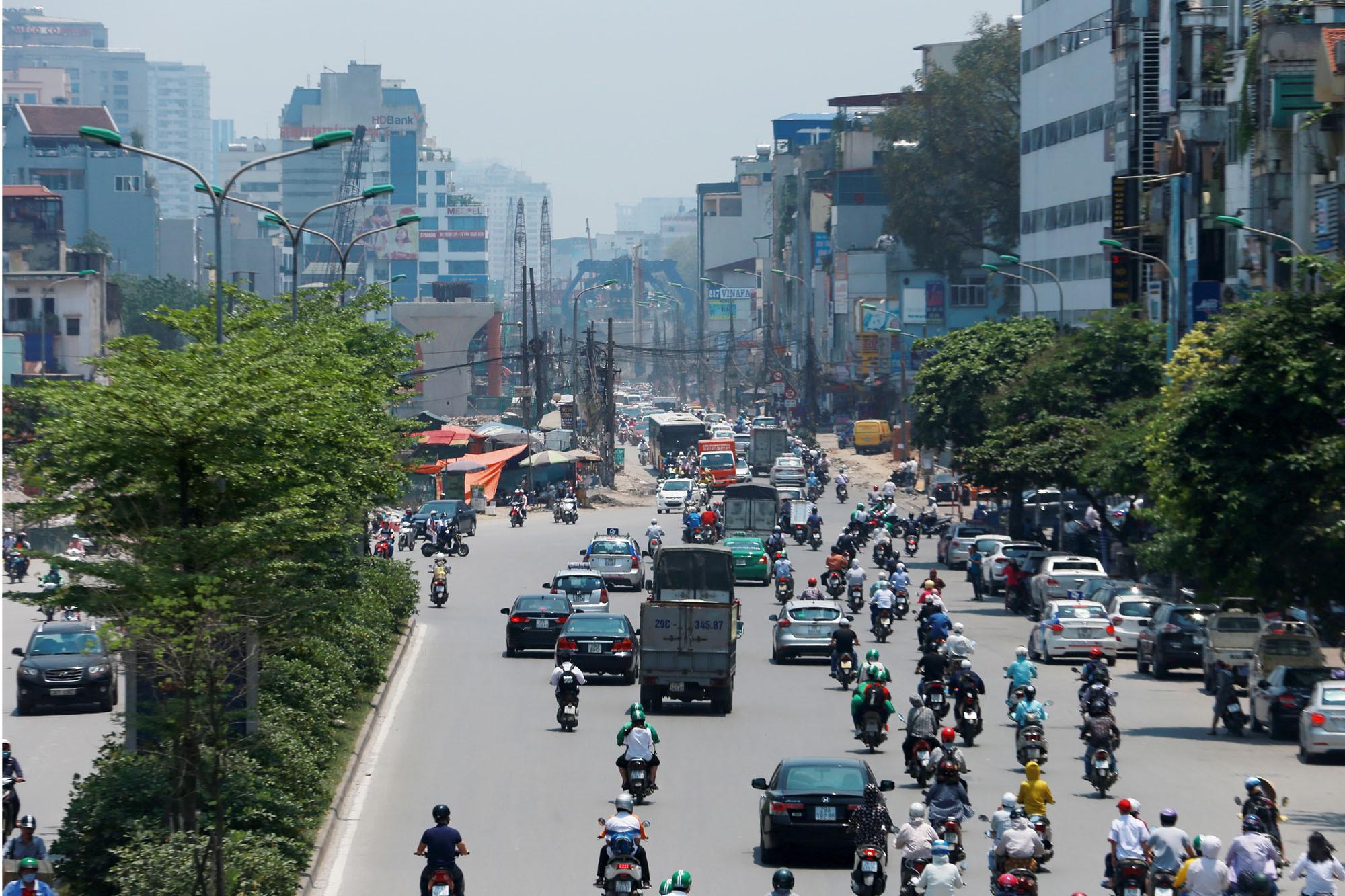 Hà Nội: Rác thải vứt bừa bãi dưới chân công trường đường vành đai 2 - Ảnh 1.