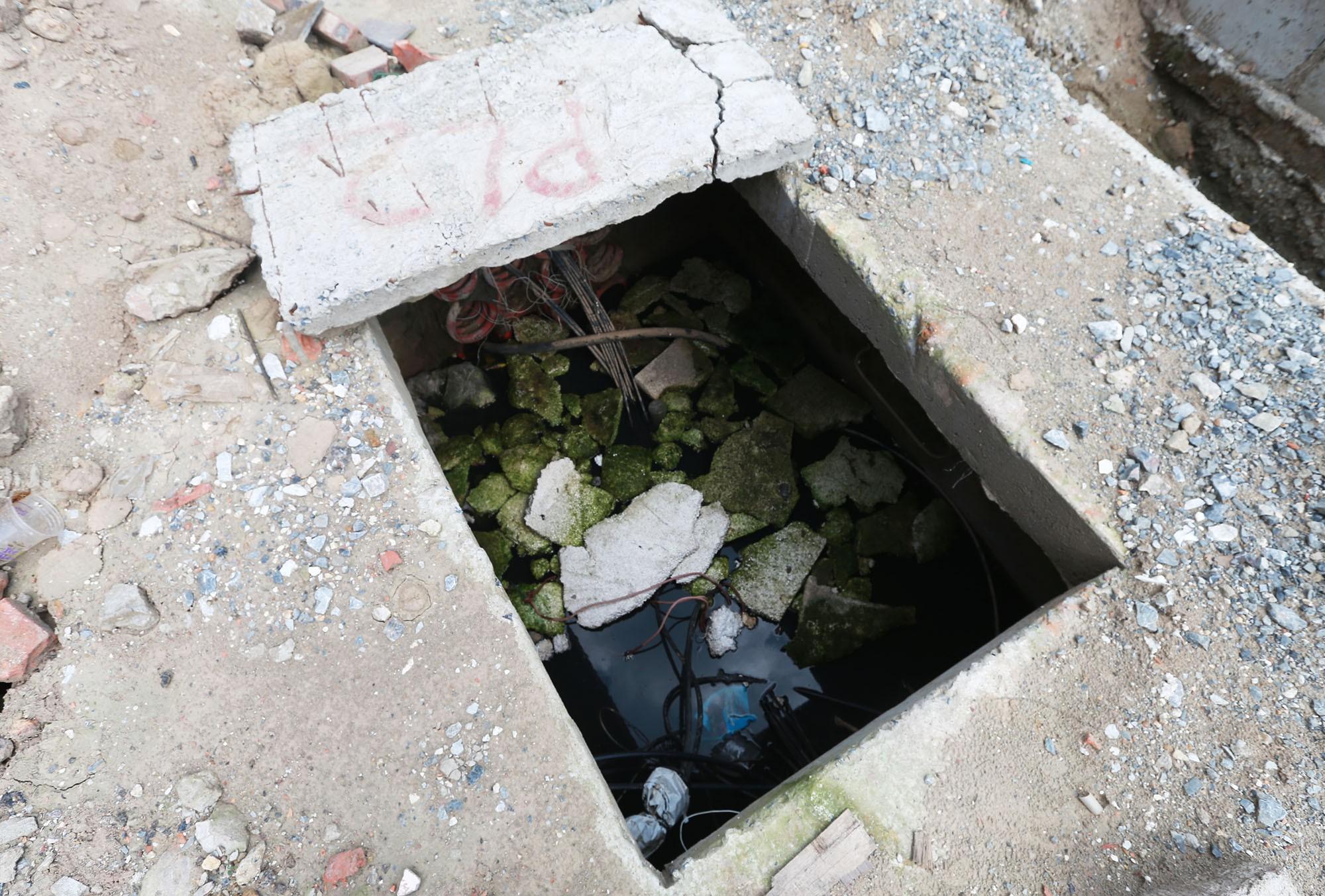 Hà Nội: Rác thải vứt bừa bãi dưới chân công trường đường vành đai 2 - Ảnh 8.