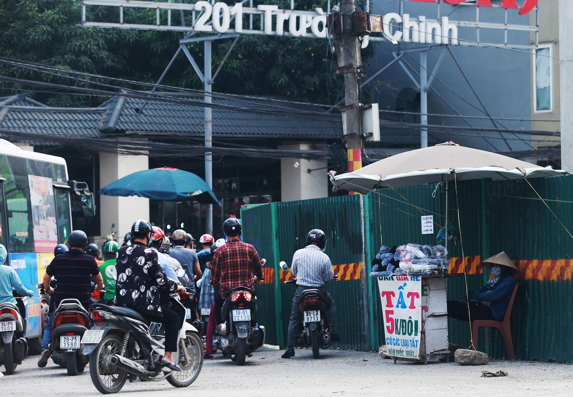 Hà Nội: Rác thải vứt bừa bãi dưới chân công trường đường vành đai 2 - Ảnh 11.