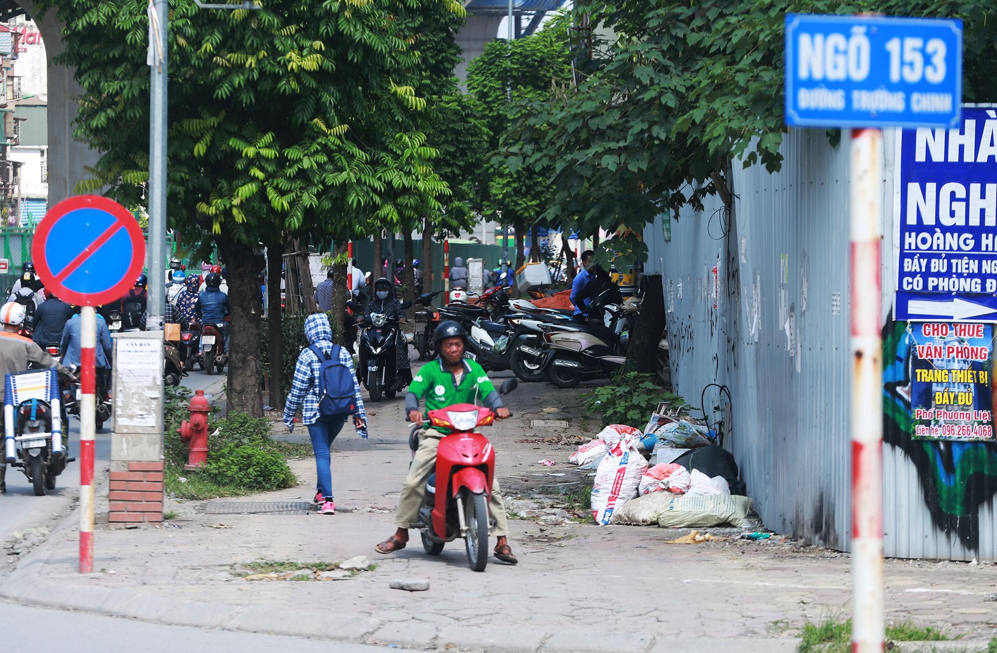 Hà Nội: Rác thải vứt bừa bãi dưới chân công trường đường vành đai 2 - Ảnh 4.