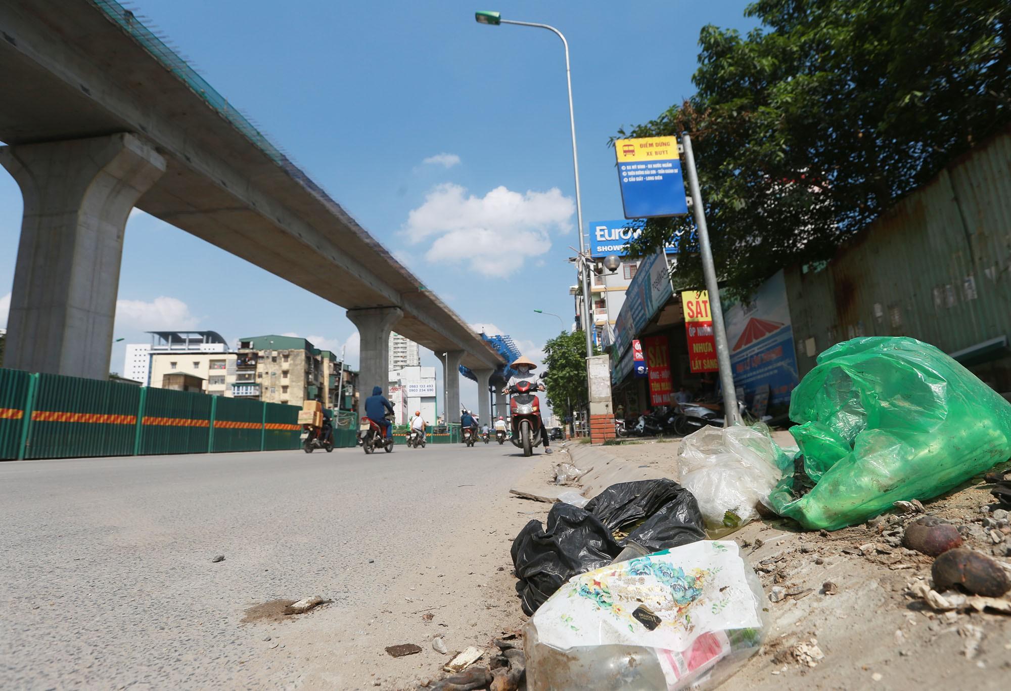 Hà Nội: Rác thải vứt bừa bãi dưới chân công trường đường vành đai 2 - Ảnh 5.