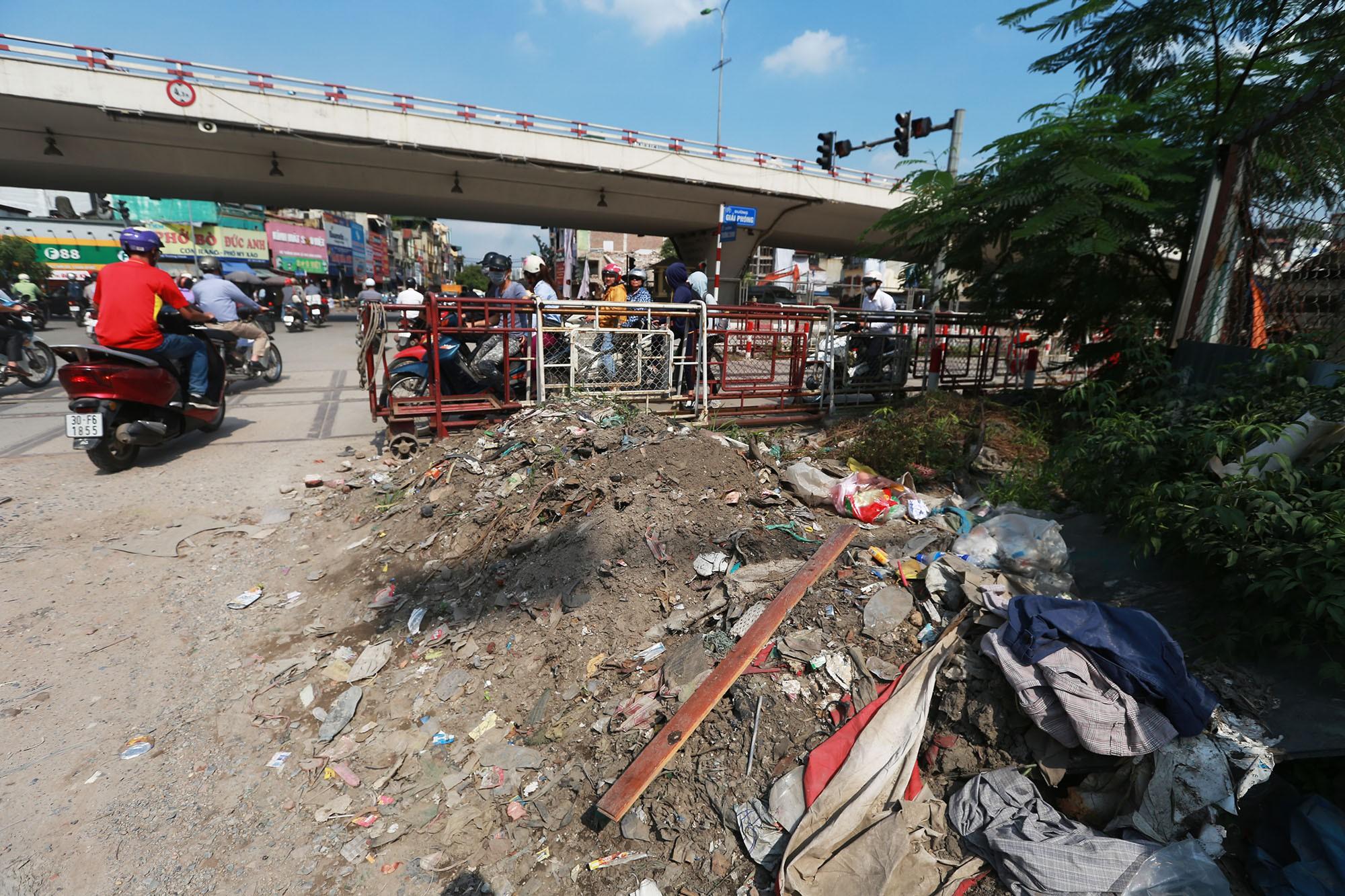 Hà Nội: Rác thải vứt bừa bãi dưới chân công trường đường vành đai 2 - Ảnh 7.