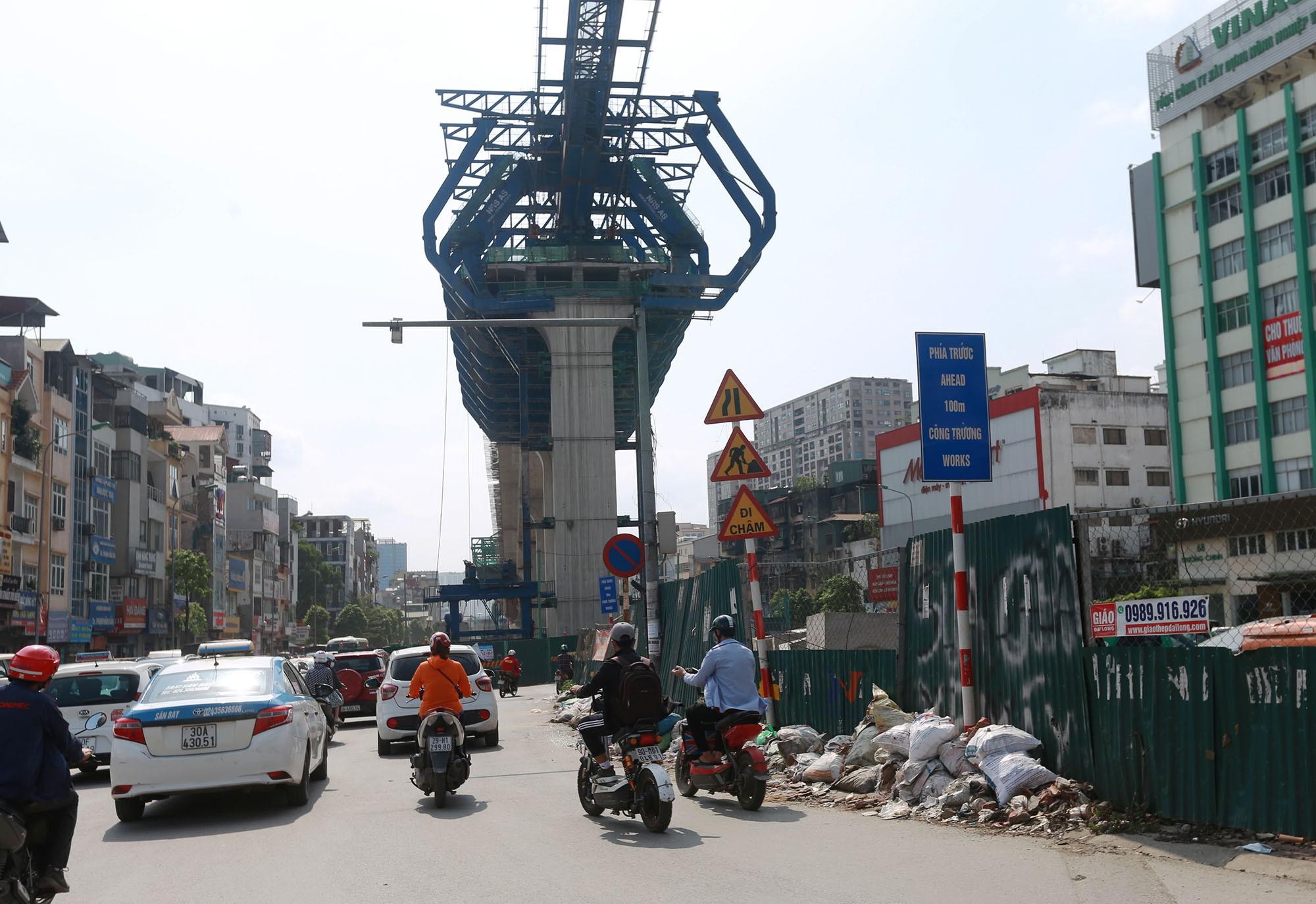 Hà Nội: Rác thải vứt bừa bãi dưới chân công trường đường vành đai 2 - Ảnh 6.