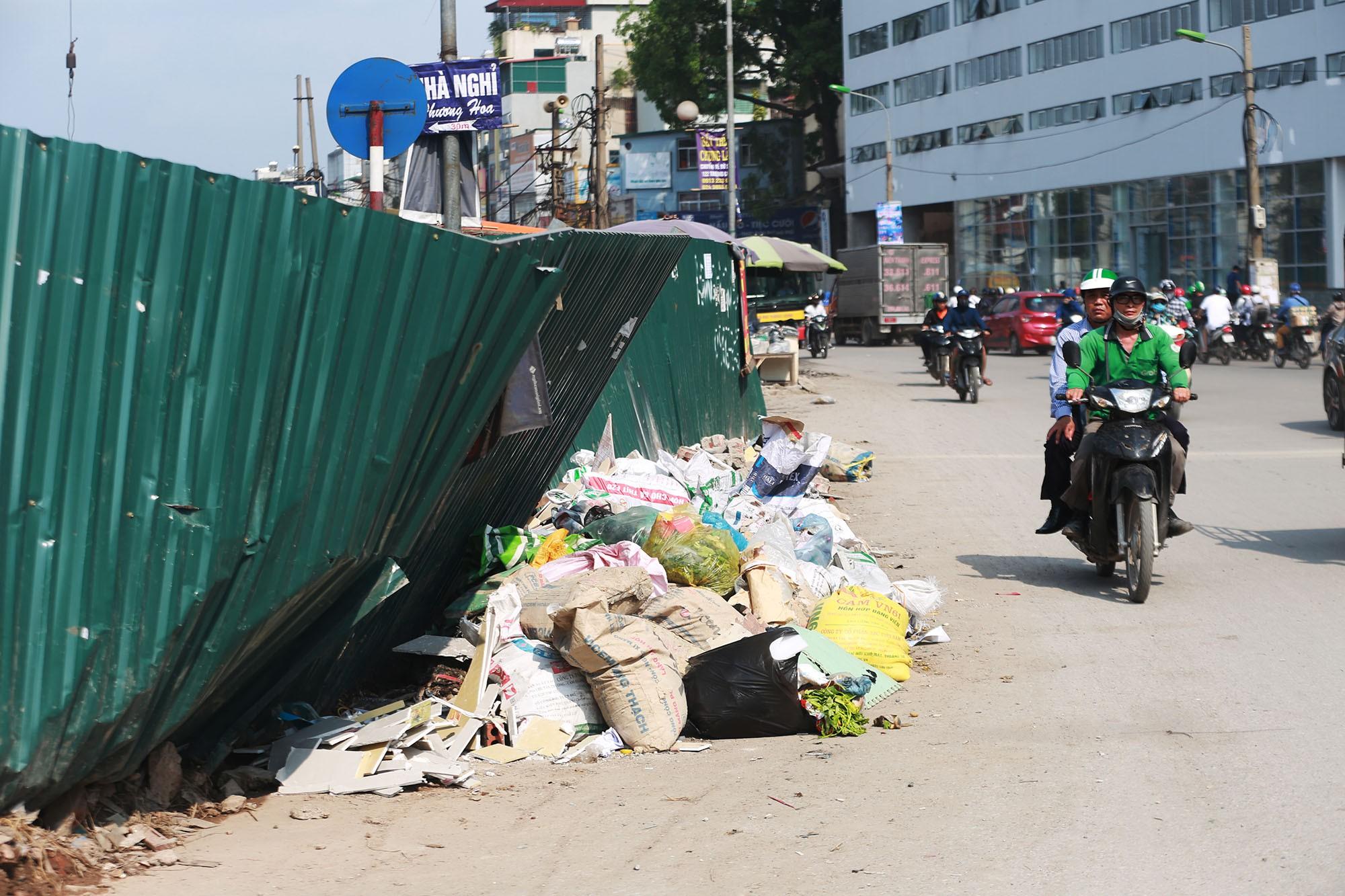 Hà Nội: Rác thải vứt bừa bãi dưới chân công trường đường vành đai 2 - Ảnh 9.