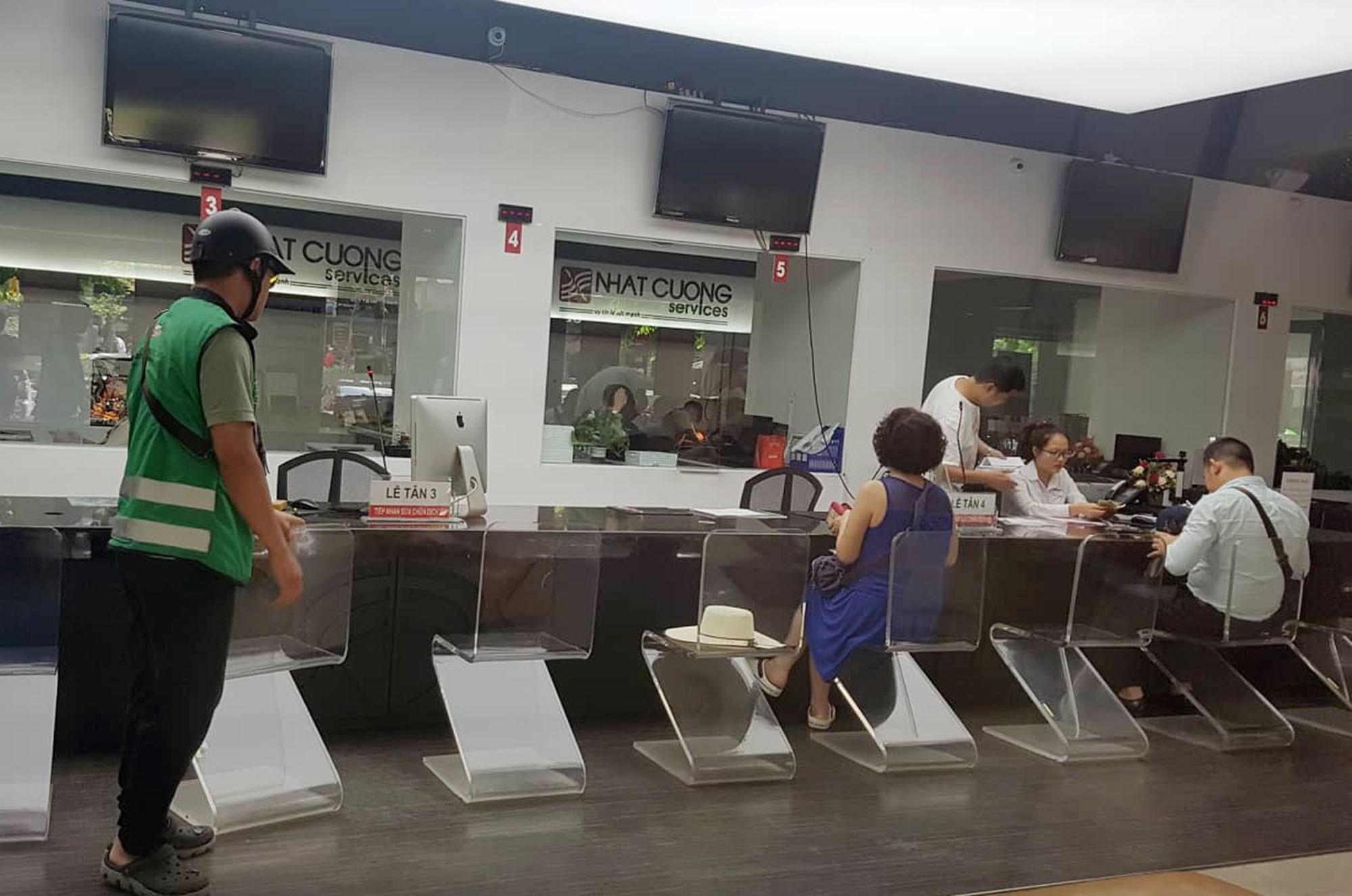 Trung tâm bảo hành Nhật Cường Mobile vẫn đón khách sau khi ông chủ bị khởi tố - Ảnh 4.
