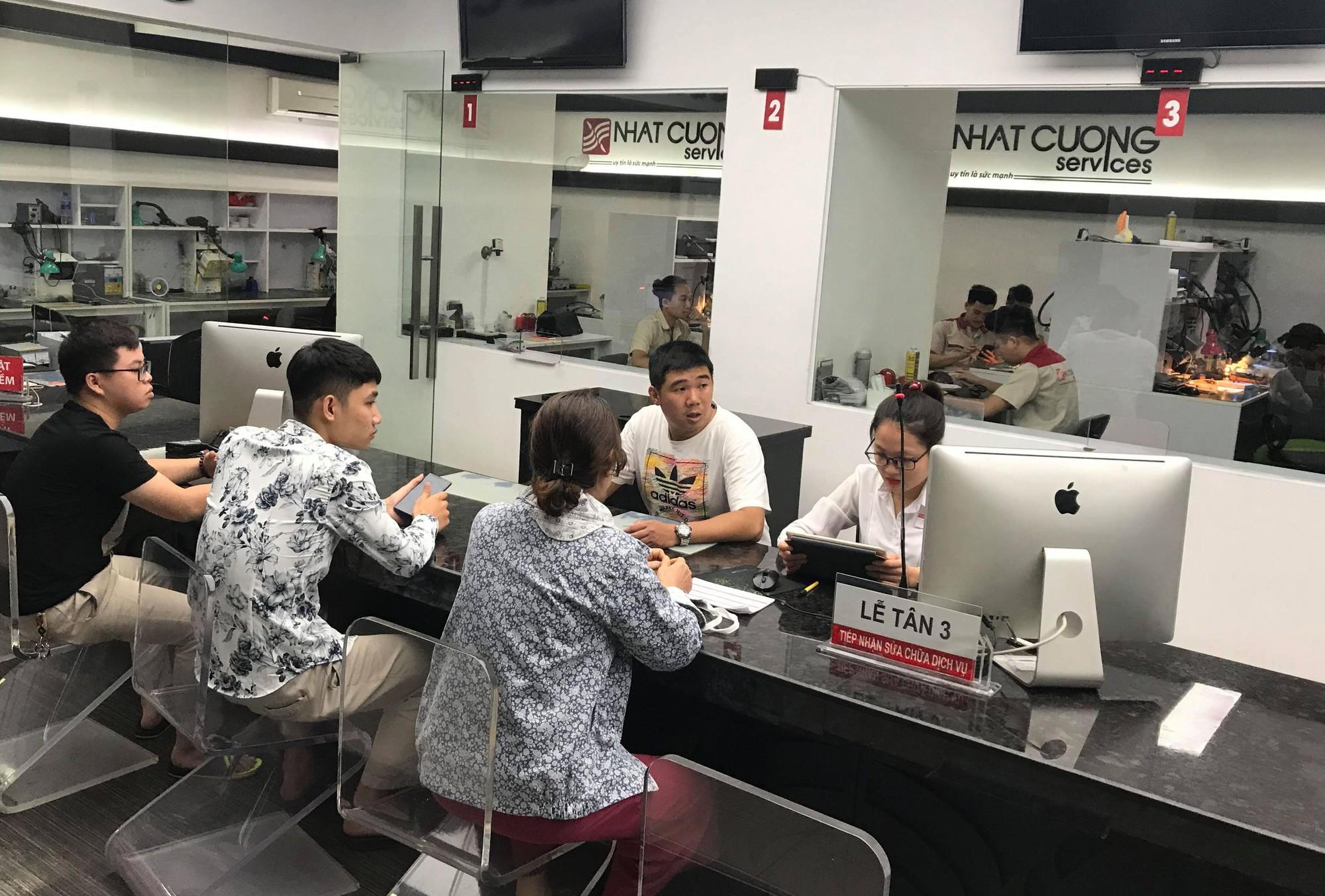 Trung tâm bảo hành Nhật Cường Mobile vẫn đón khách sau khi ông chủ bị khởi tố - Ảnh 5.