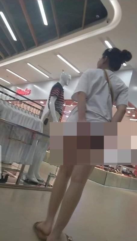 Sốc tận óc hình ảnh cô gái không mặc quần đi siêu thị, lộ nguyên cả vòng 3 đầy phản cảm - Ảnh 1.
