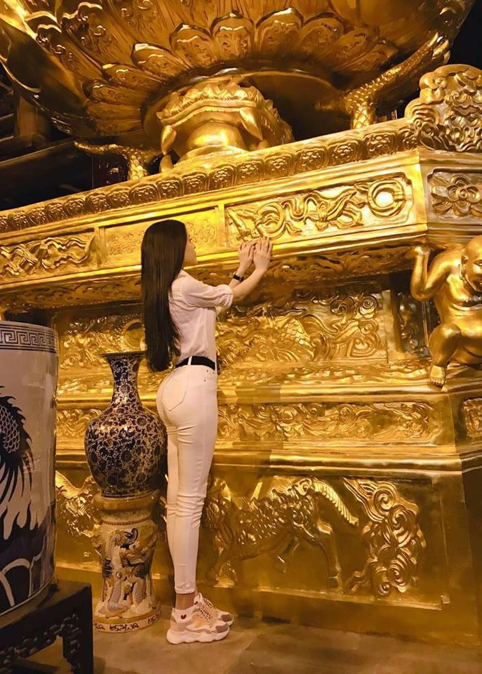Diện váy ren xuyên thấu mỏng tang đi chùa, Thư Dung bị dân mạng ném đá thậm tệ - Ảnh 5.