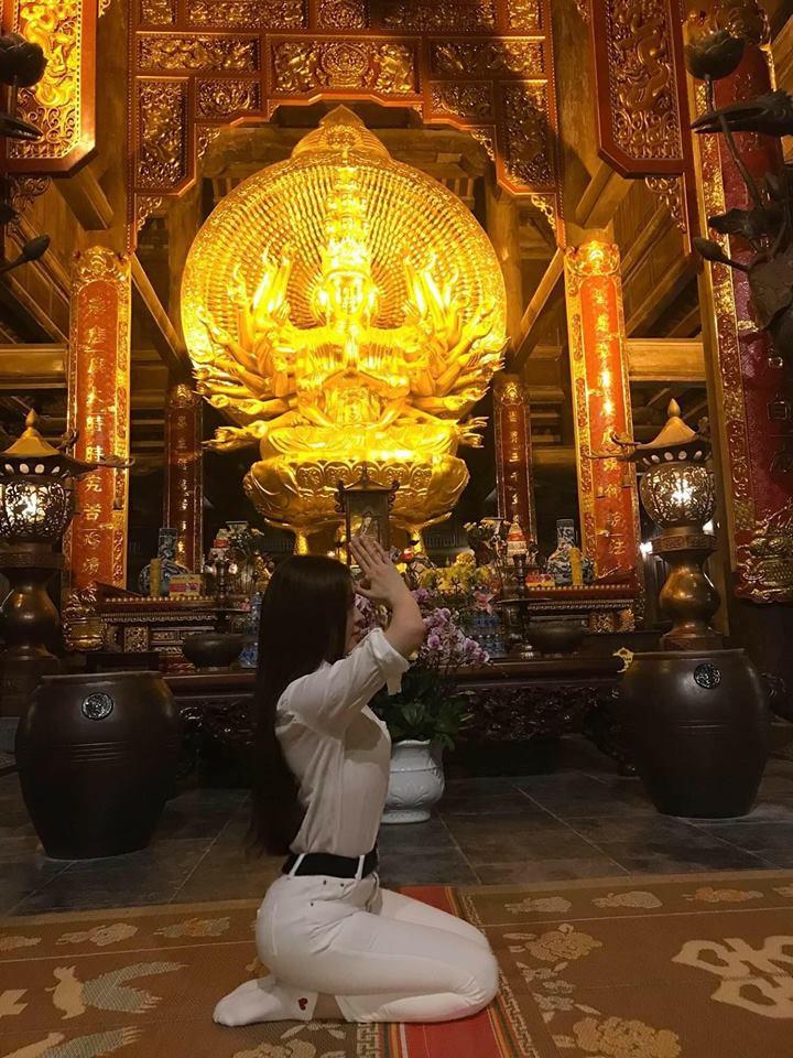 Diện váy ren xuyên thấu mỏng tang đi chùa, Thư Dung bị dân mạng ném đá thậm tệ - Ảnh 4.